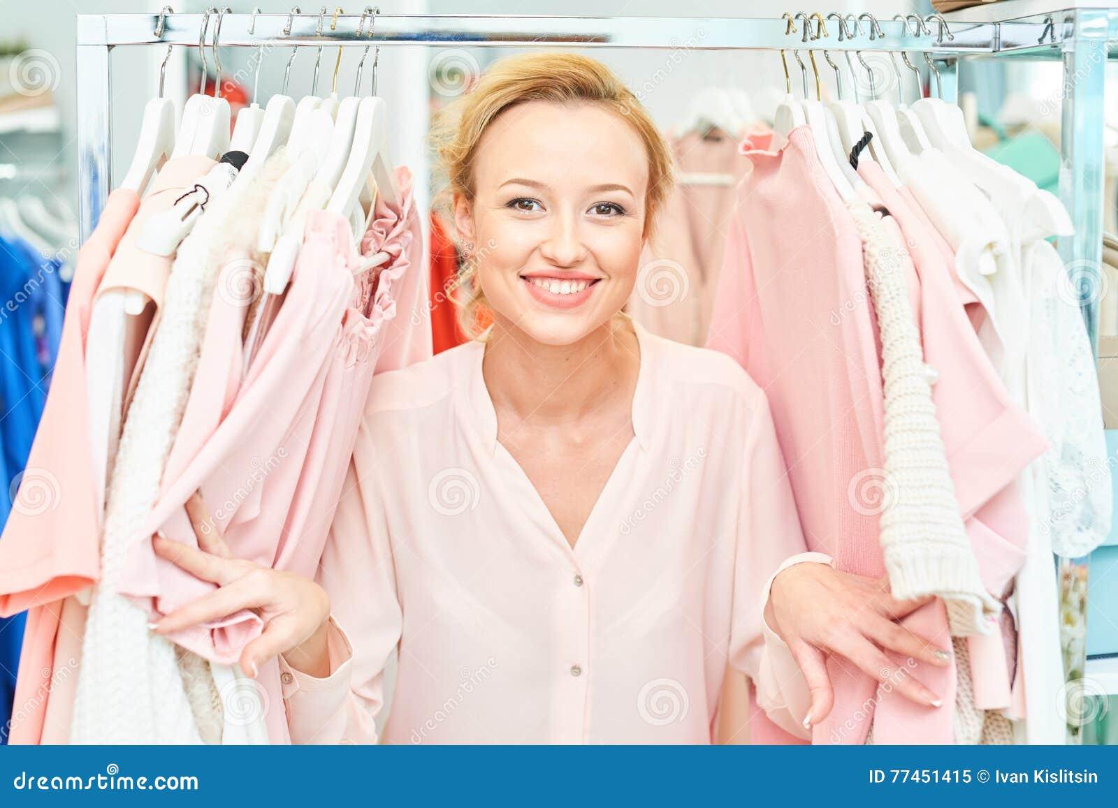 Fille dans un magasin d habillement
