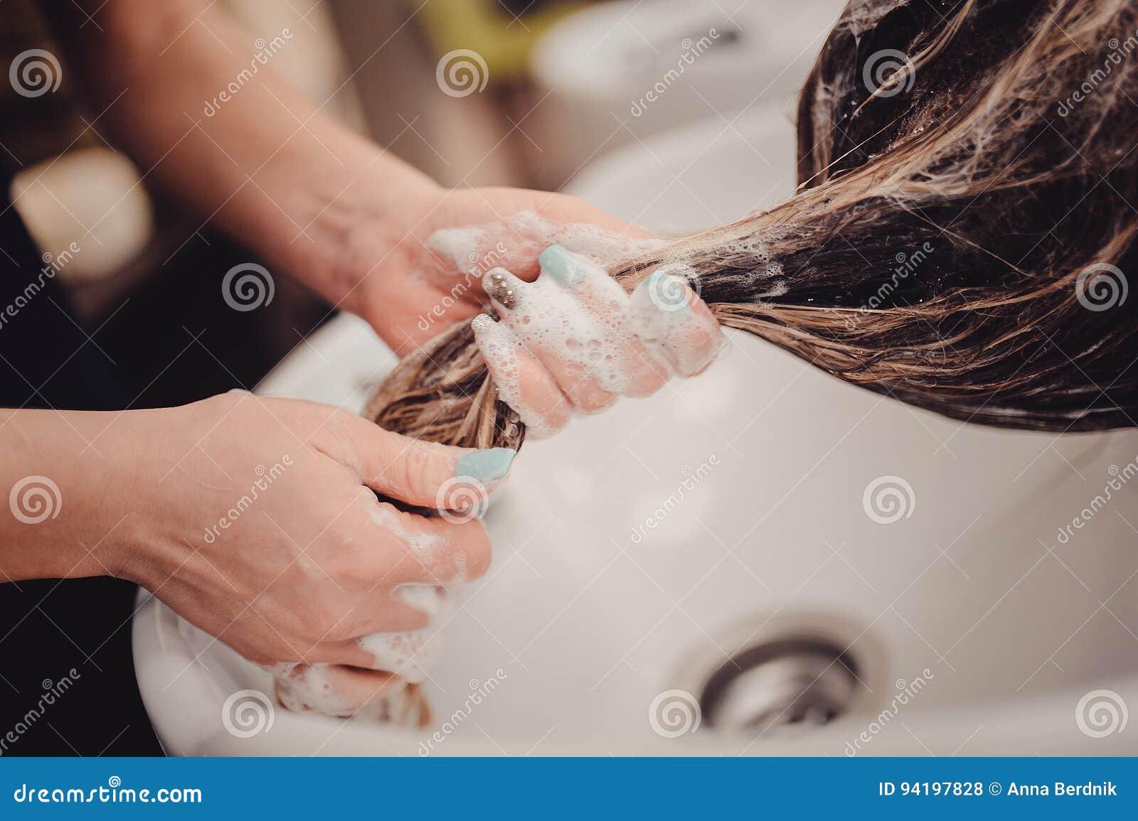 Fille dans un salon de beauté lavez-vous les cheveux, soins capillaires, santé