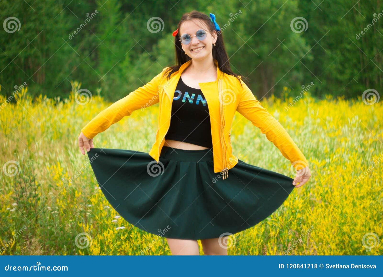Fille dans une jupe verte sur un pré de fleur