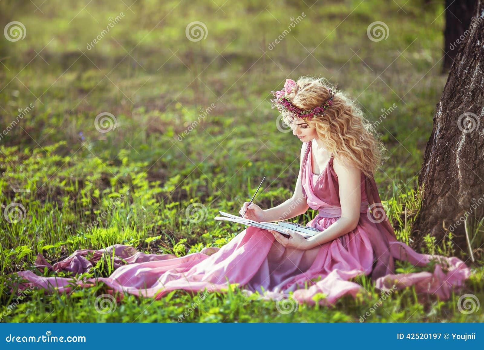 Dehors elle se touche tranquillement sous un arbre - Blog