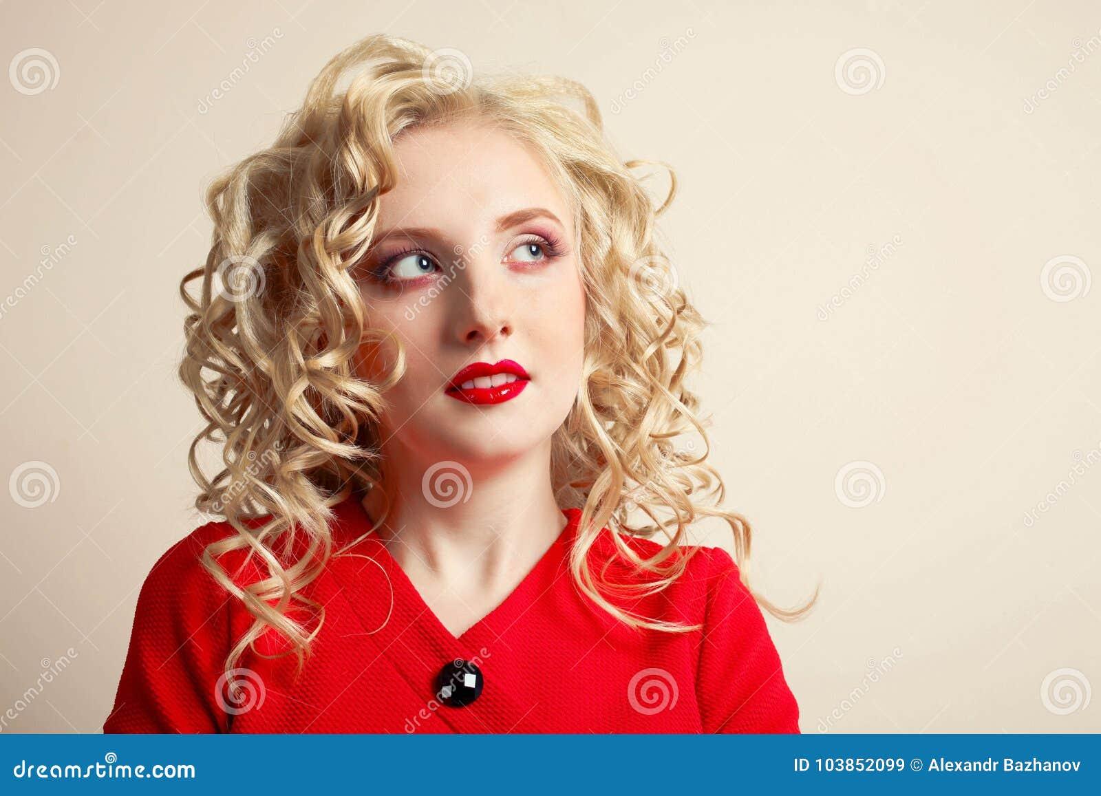 Fille dans une robe rouge