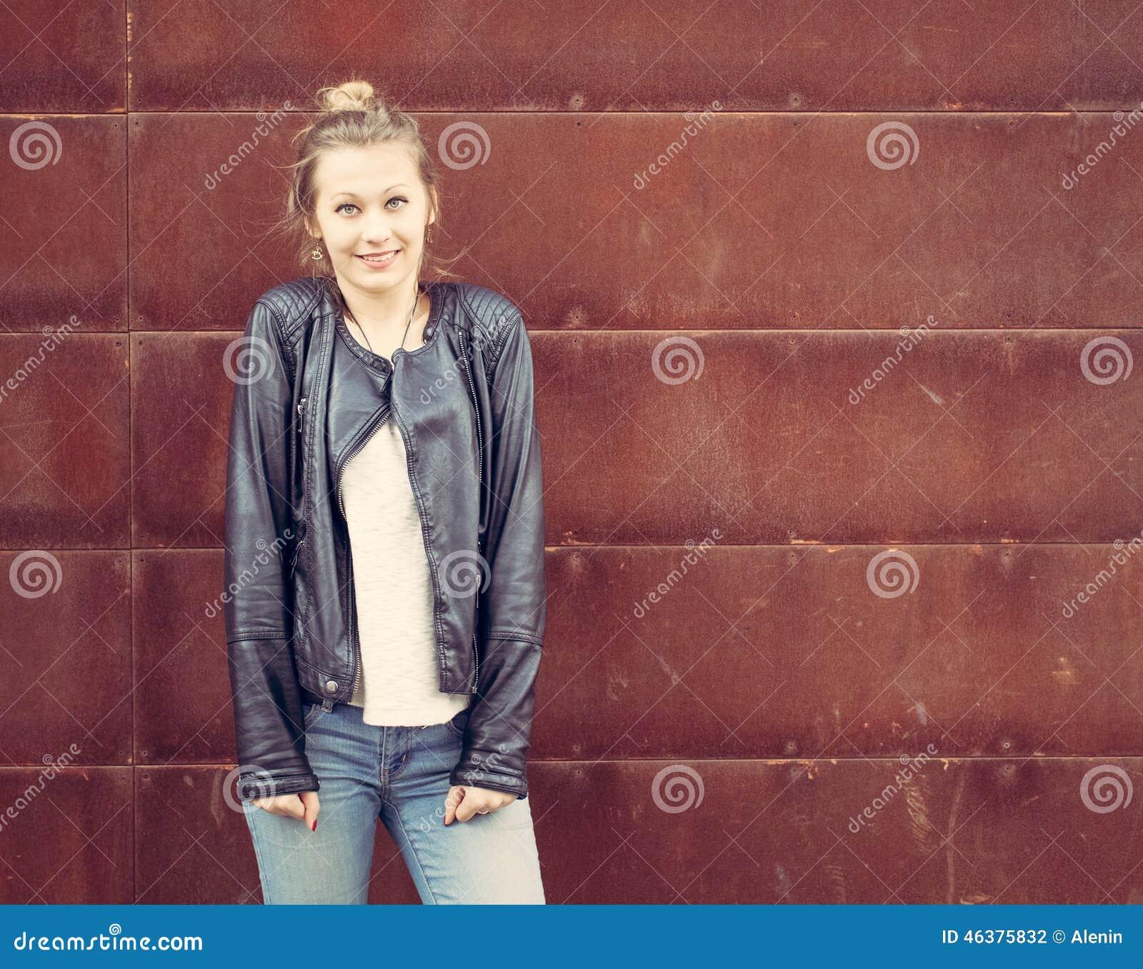 55b5ca4bc13916 Fille Dans Une Veste En Cuir Noire Posant Dans Un Mur Rouillé En ...