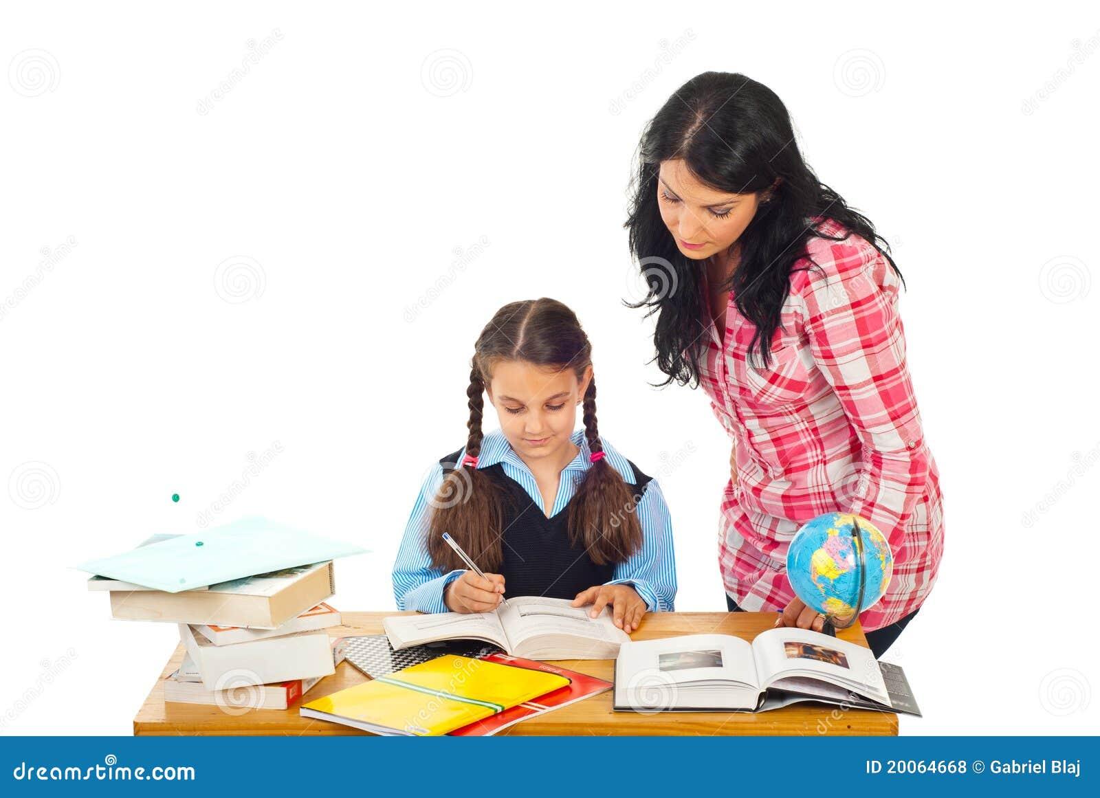 Fille de aide de maman avec le travail