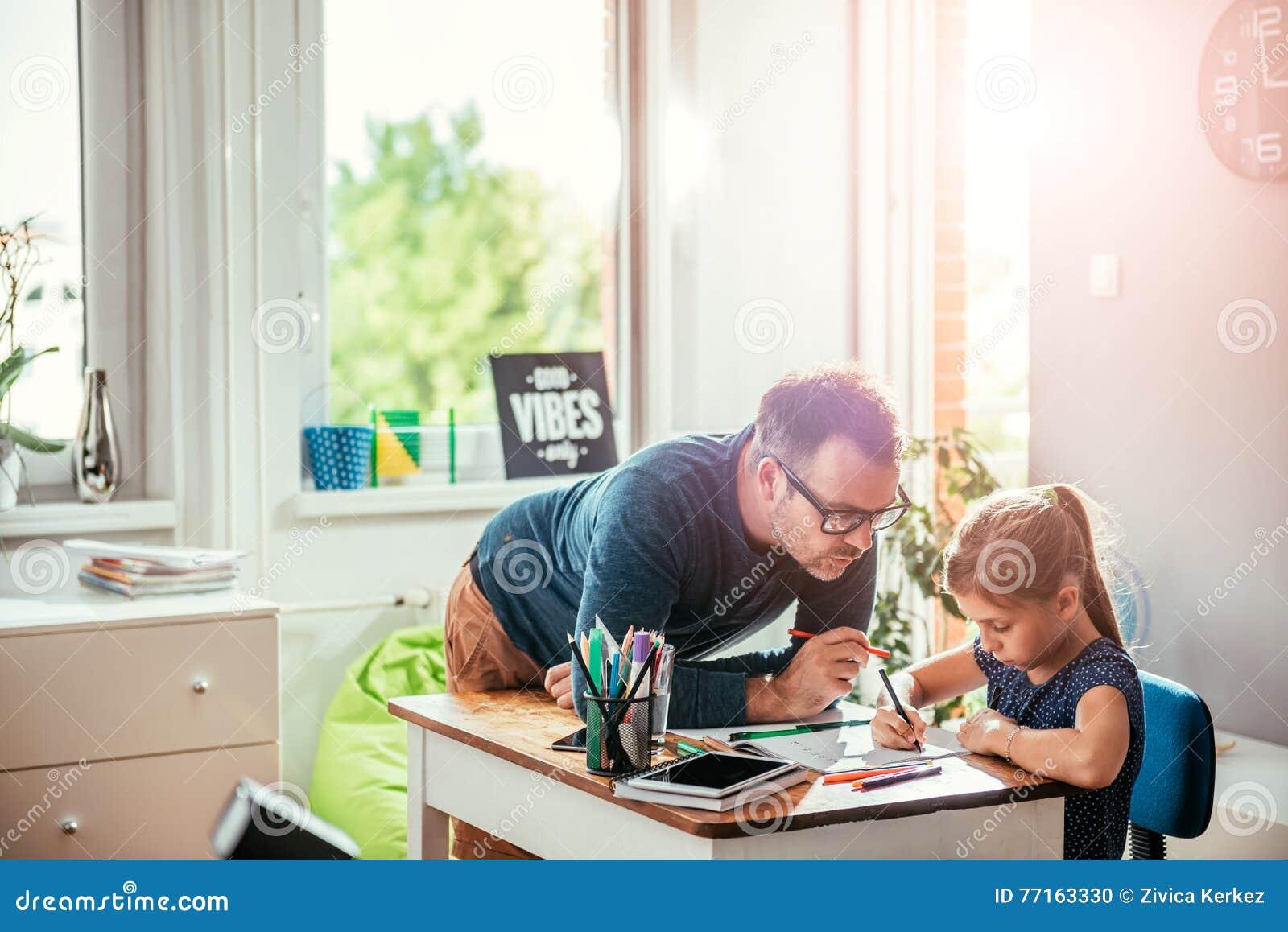 Fille de aide de père pour finir le travail