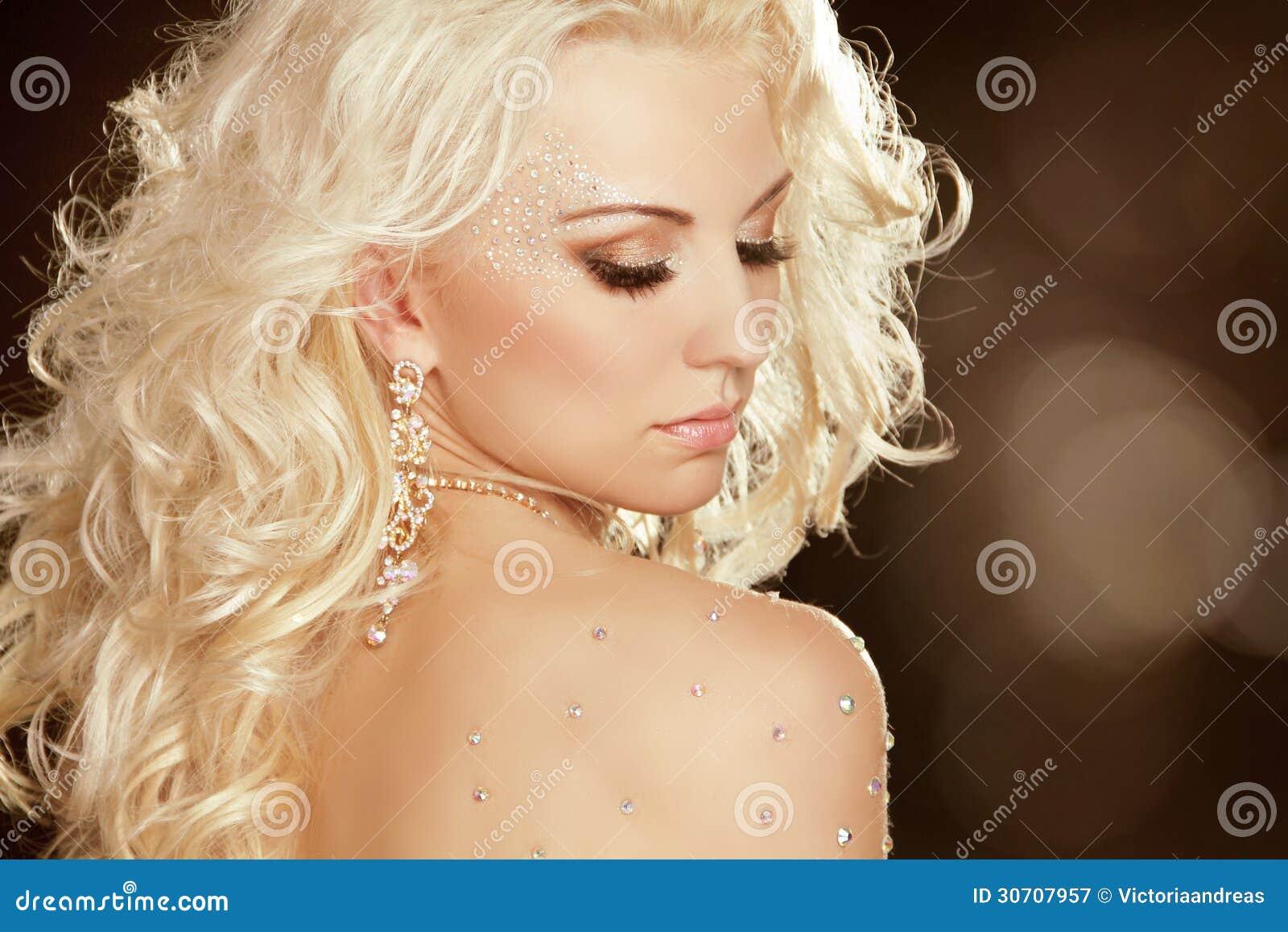 Fille de beauté avec les cheveux bouclés blonds. Mode Art Woman Portrait