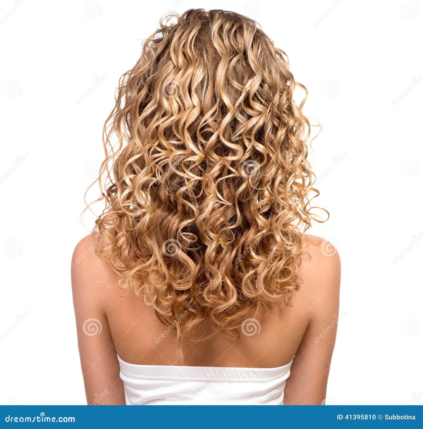 Fille de beauté avec les cheveux permed par blonde