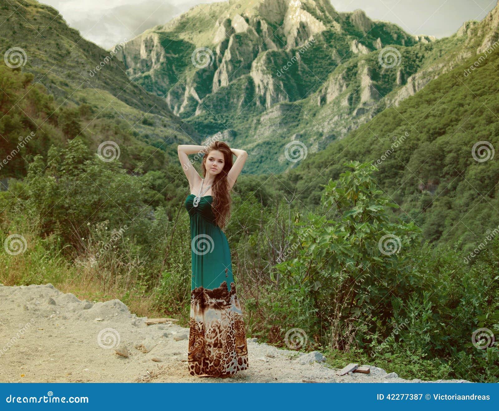 Une fille dans la montagne - Vido Inafr