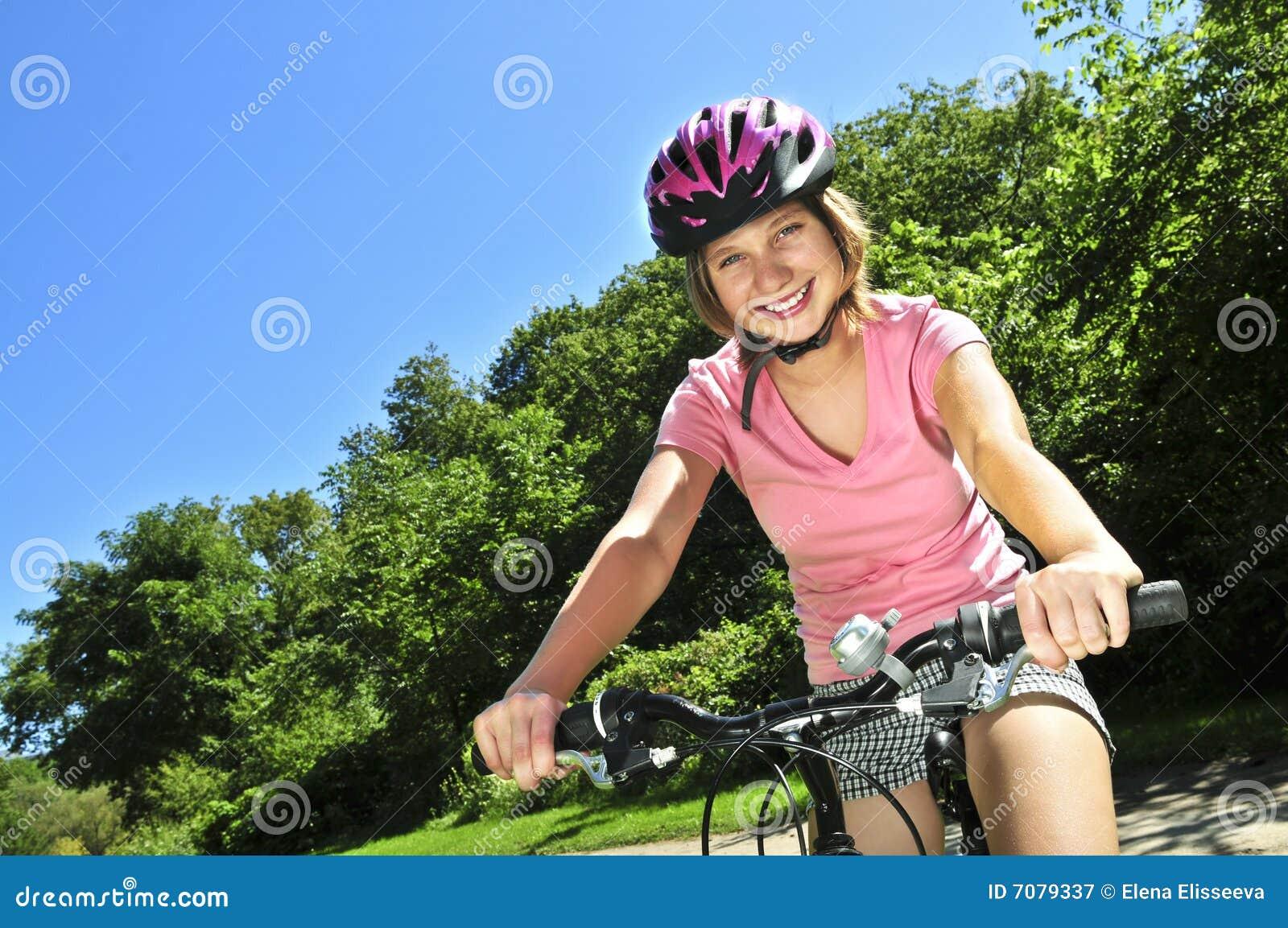 Fille de bicyclette d adolescent