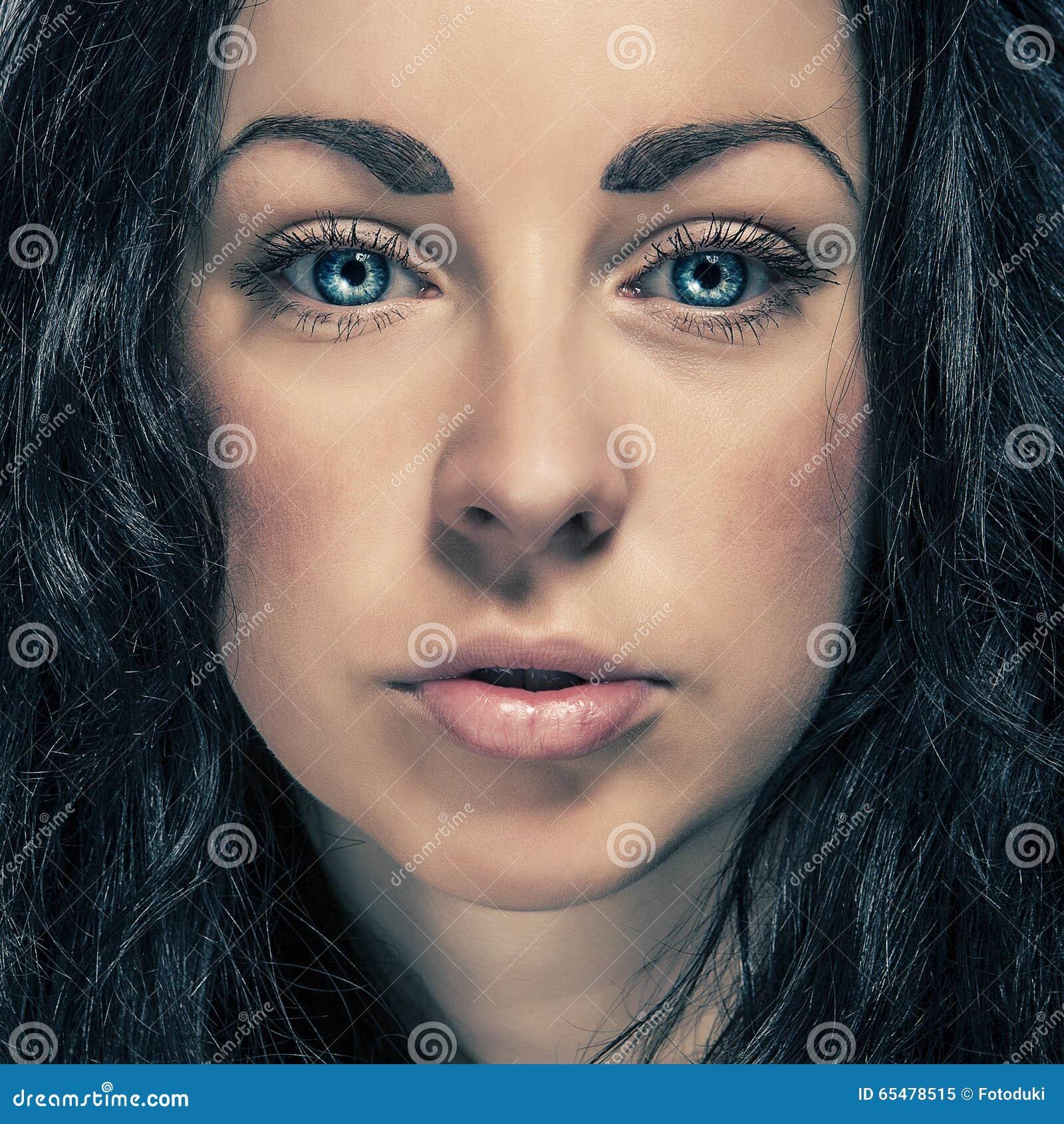 Brune Aux Yeux Bleus Photos fille de brune de portrait de beauté avec des yeux bleus image stock