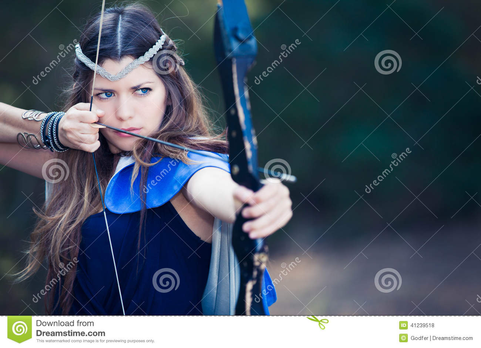 Fille de chasseur de forêt avec le tir à l arc