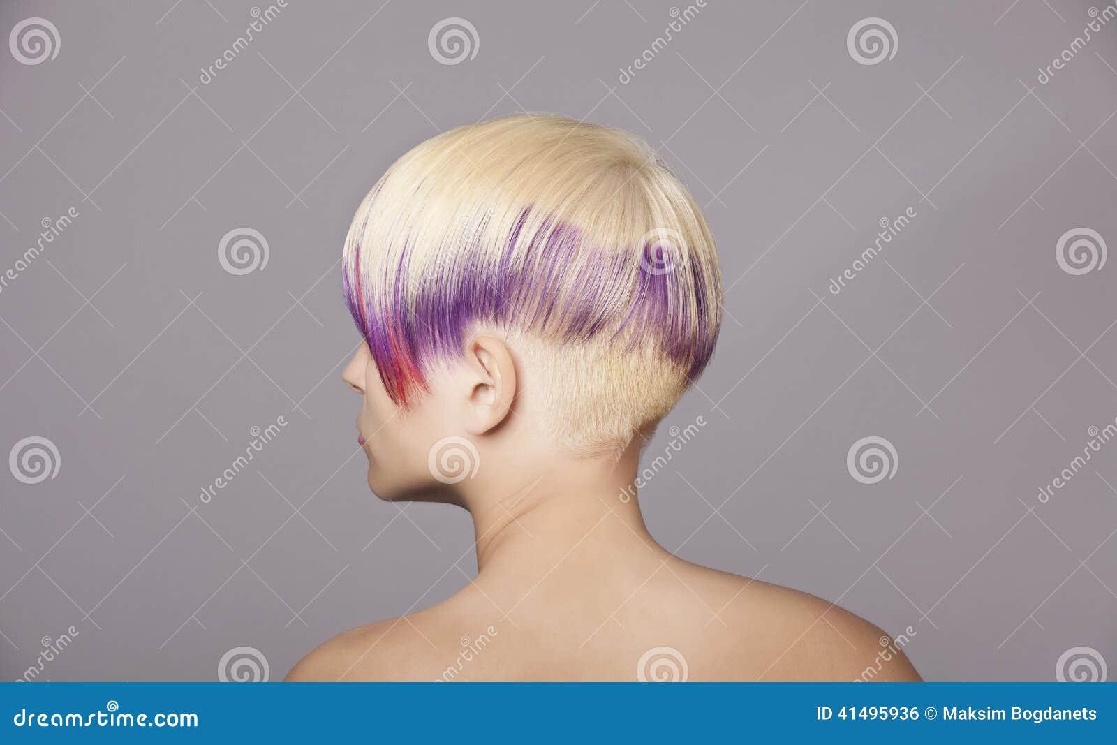 Fille de cheveux blonds avec la peinture violette beau for Peinture violette