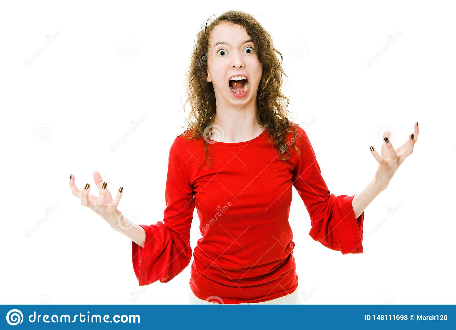 Fille de cri dans le geste rouge d apparence de robe du comportement agressif