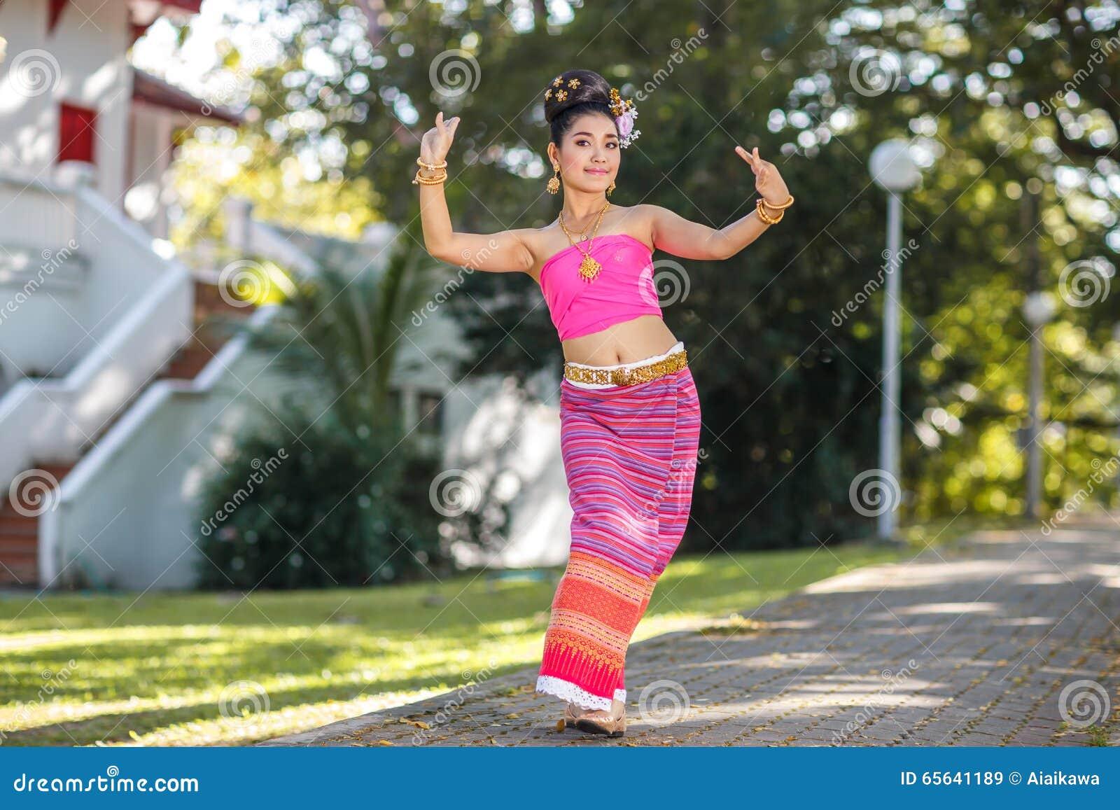 Fille de danse thaïlandaise avec la robe du nord de style dans le temple
