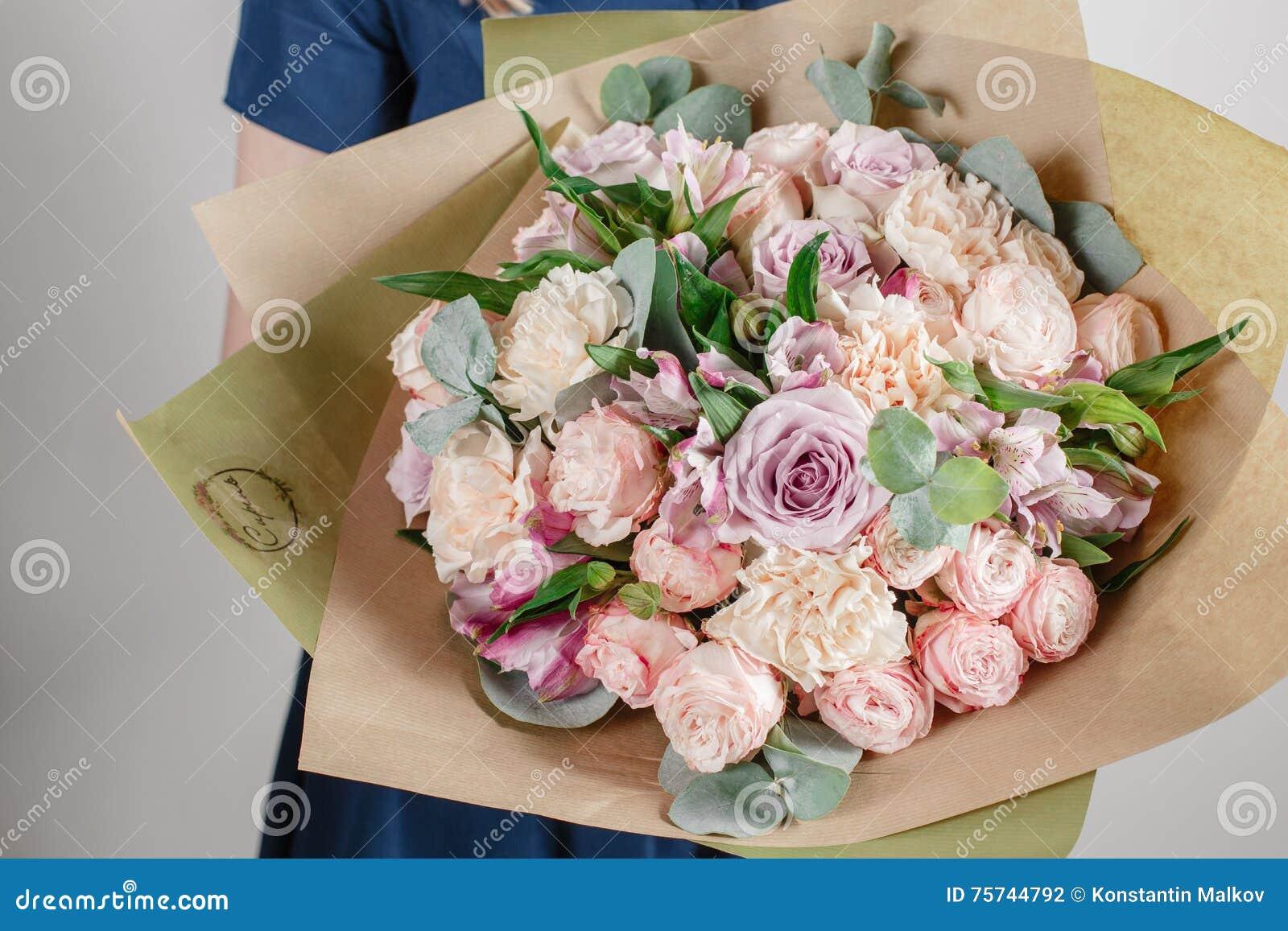 Fille De Fleuriste Avec Les Fleurs Riches De Groupe Bouquet