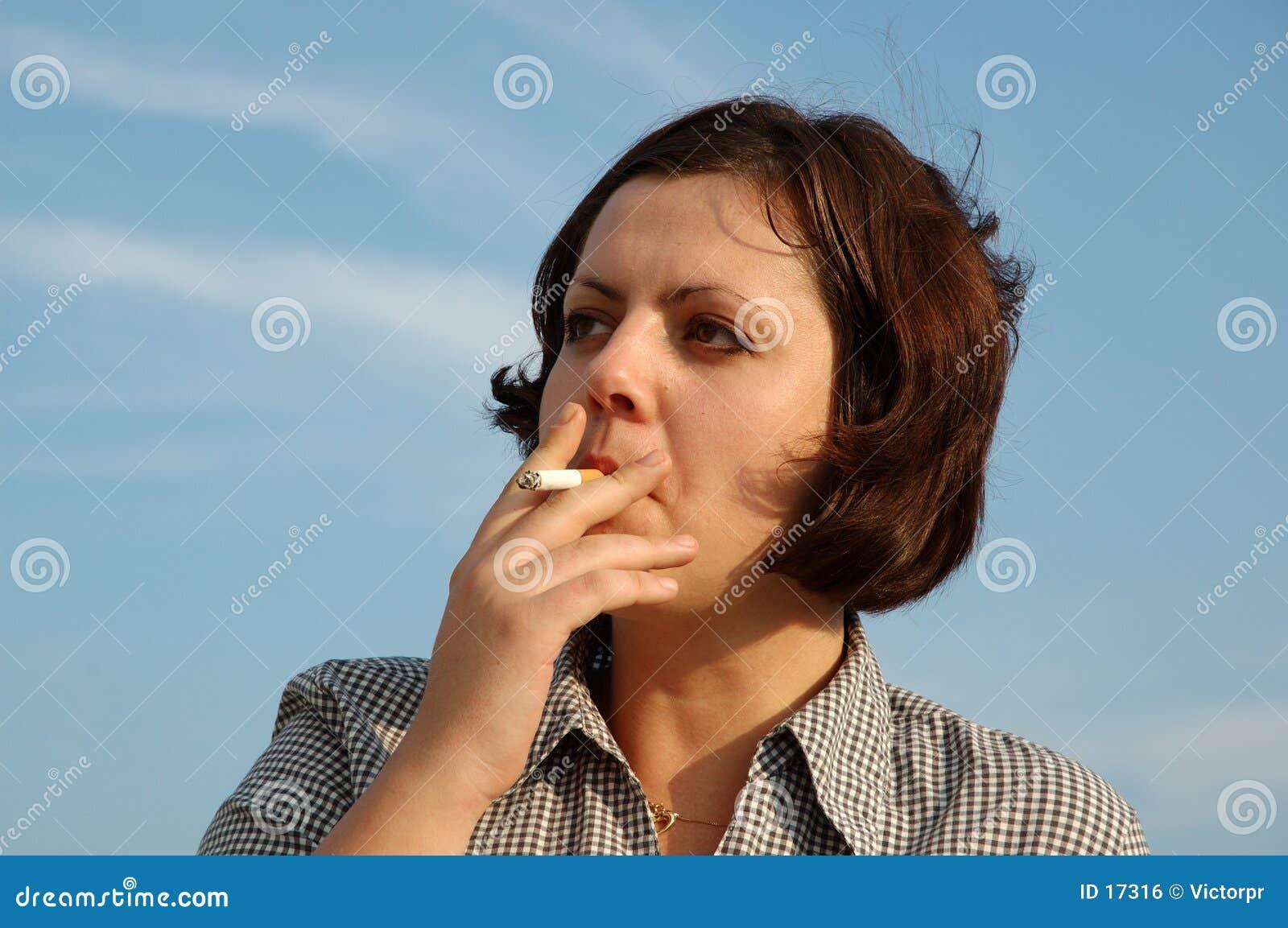 Fille de fumage