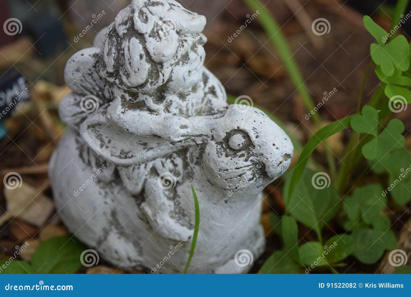 Fille de Gnome avec le chapeau de feuille montant une vue de côté de lapin
