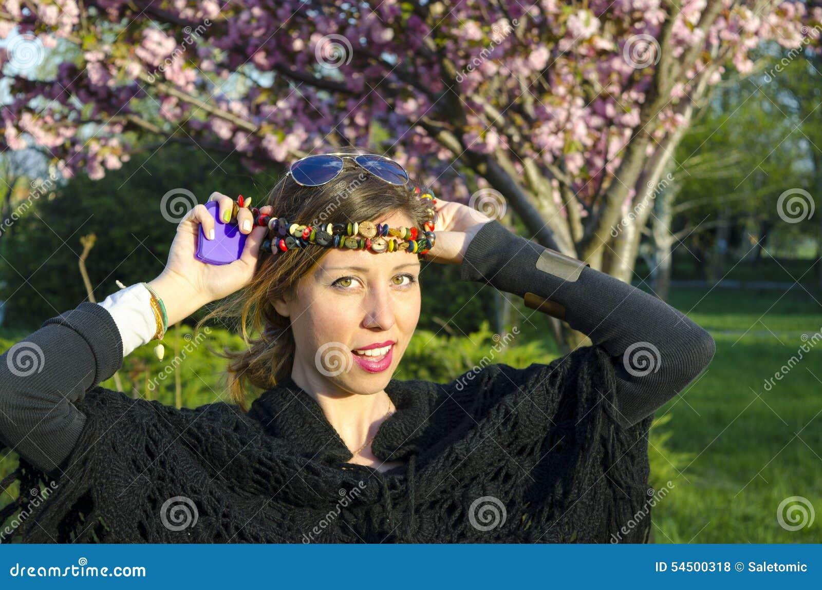 Fille de hippie avec les colliers colorés autour de sa tête