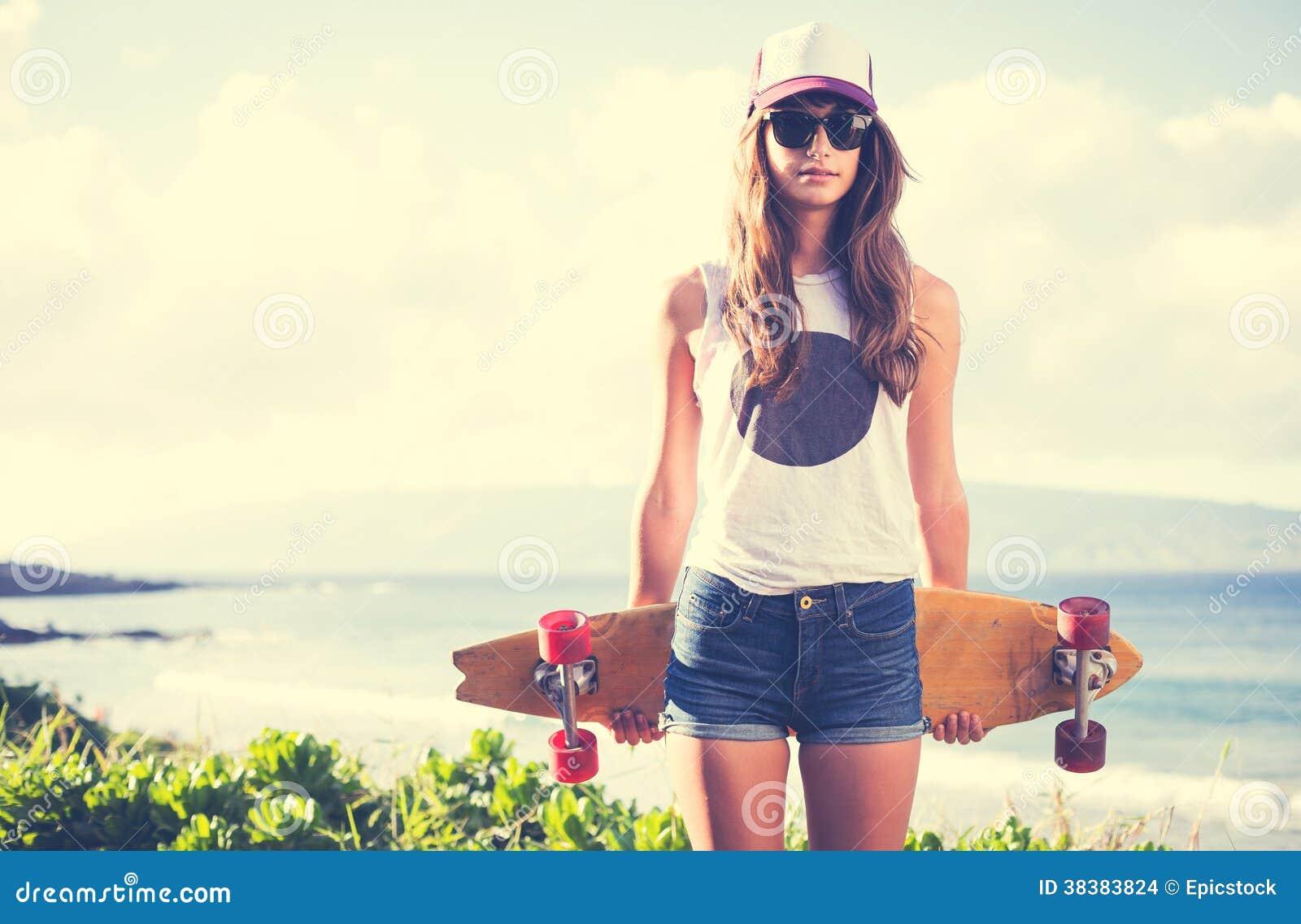 Fille de hippie avec les lunettes de soleil de port de panneau de patin