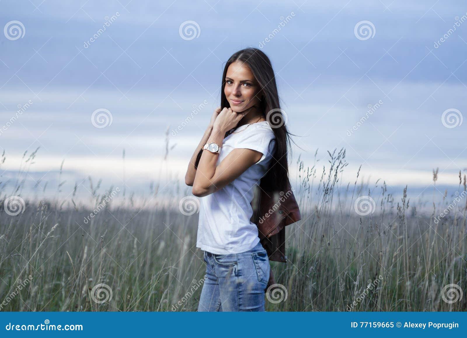 Fille de l adolescence attirante dehors