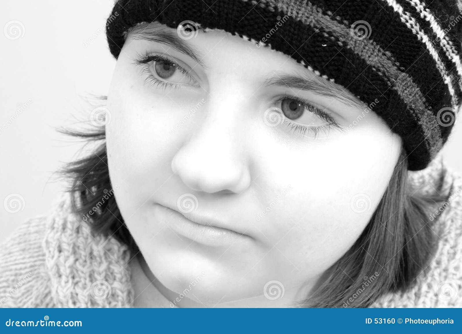 Fille de l adolescence de l hiver dans noir et le blanc