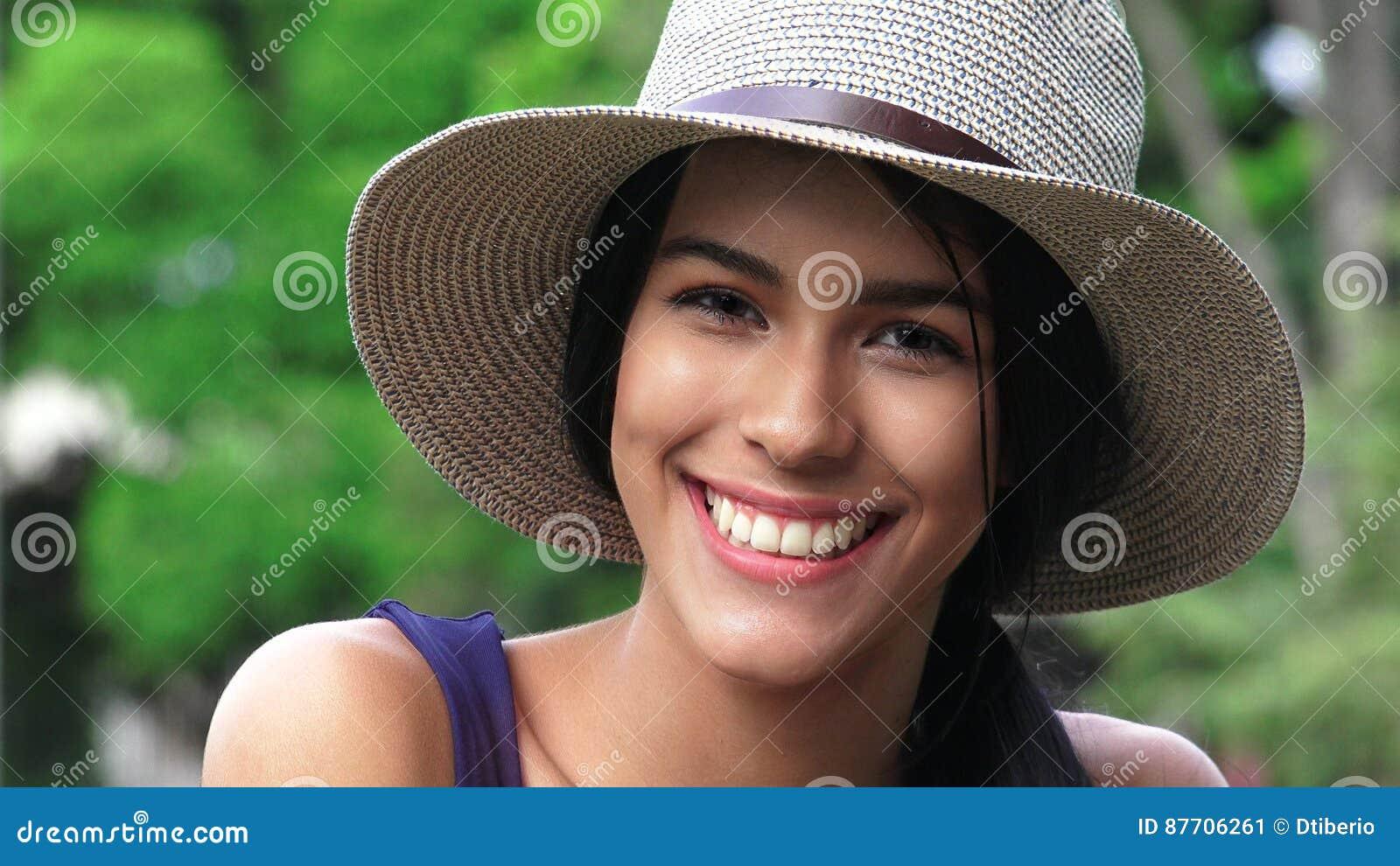 Fille de l adolescence de sourire avec le chapeau