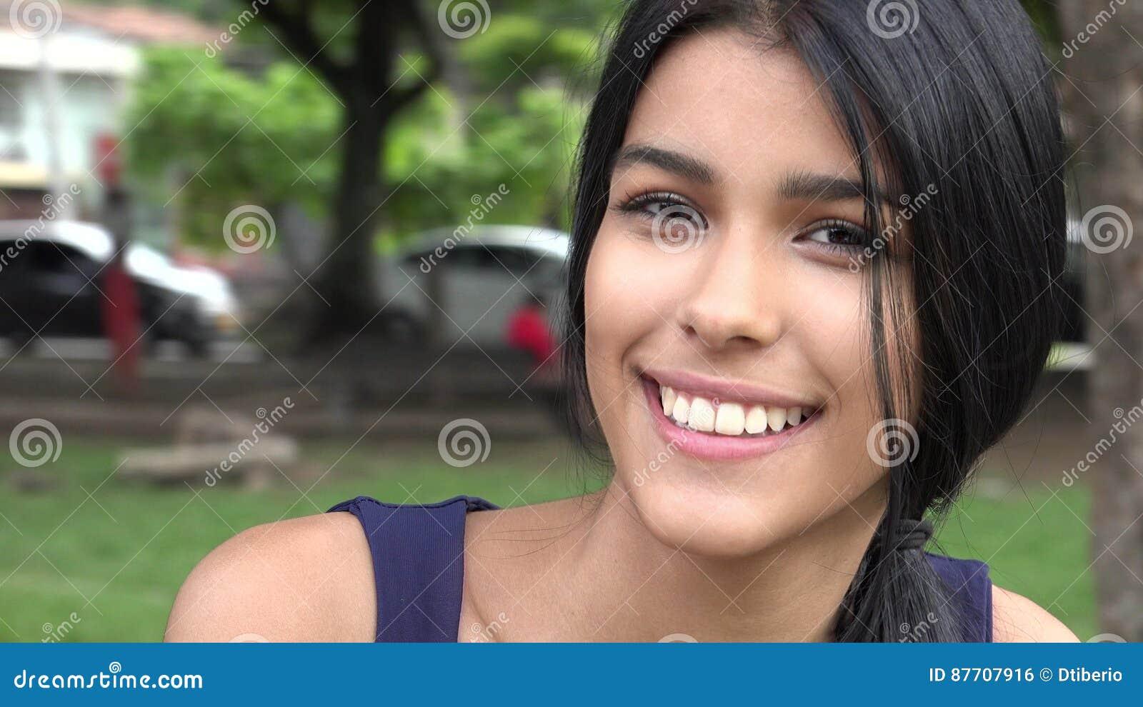 Fille de l adolescence de sourire dans les banlieues