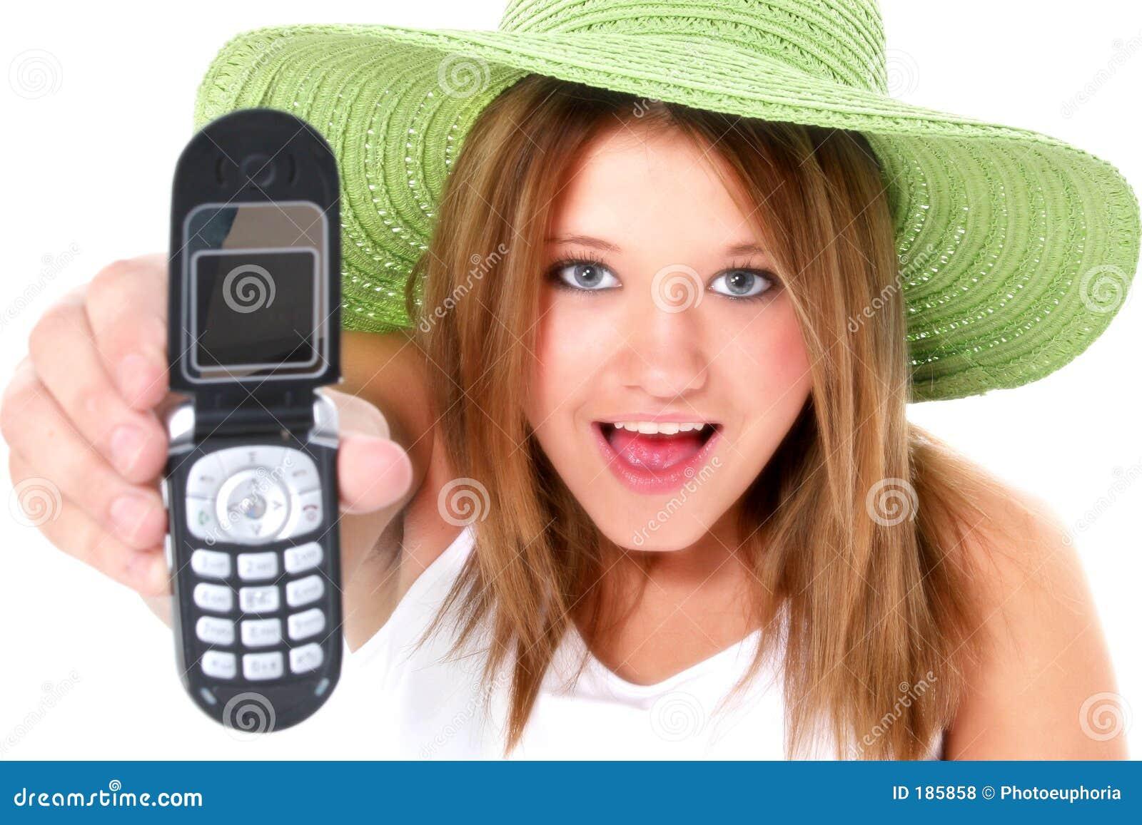 Fille de l adolescence heureuse dans le chapeau vert avec le portable