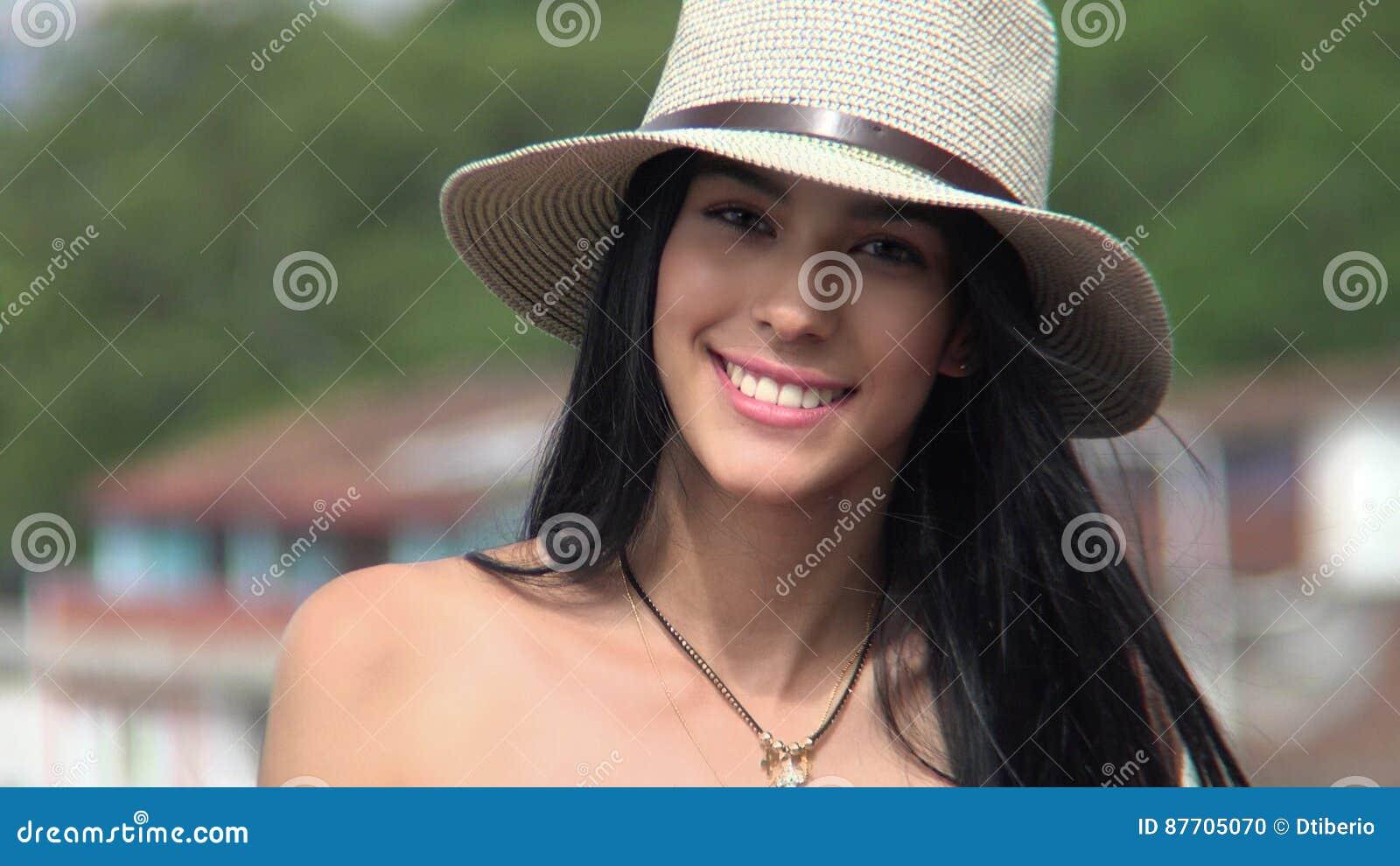 Fille de l adolescence souriant sur Sunny Day