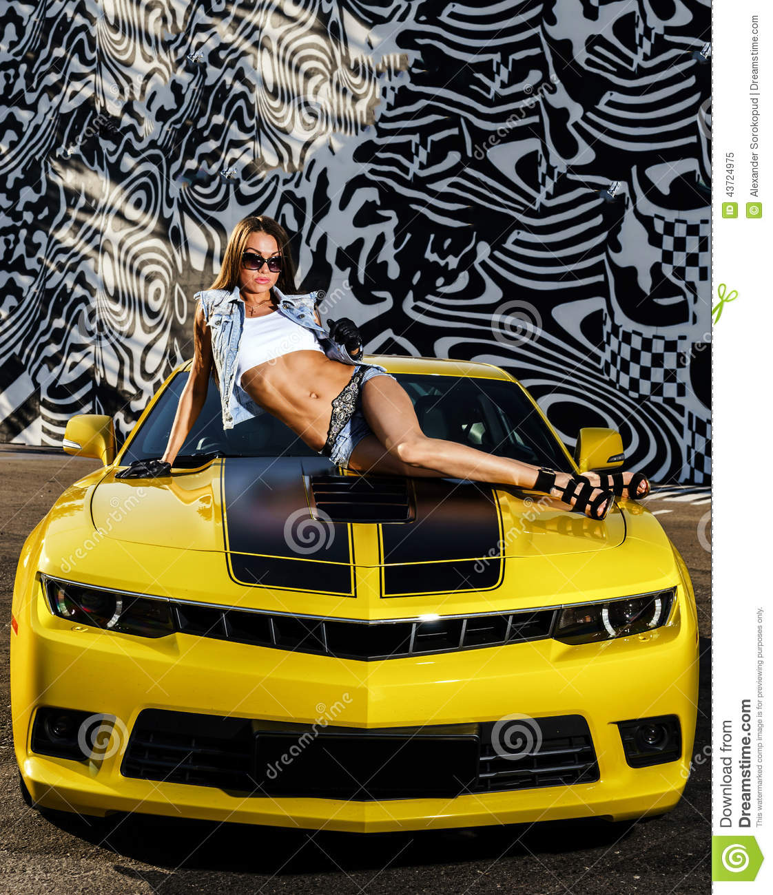 fille de luxe de charme et voiture de sport jaune photo. Black Bedroom Furniture Sets. Home Design Ideas