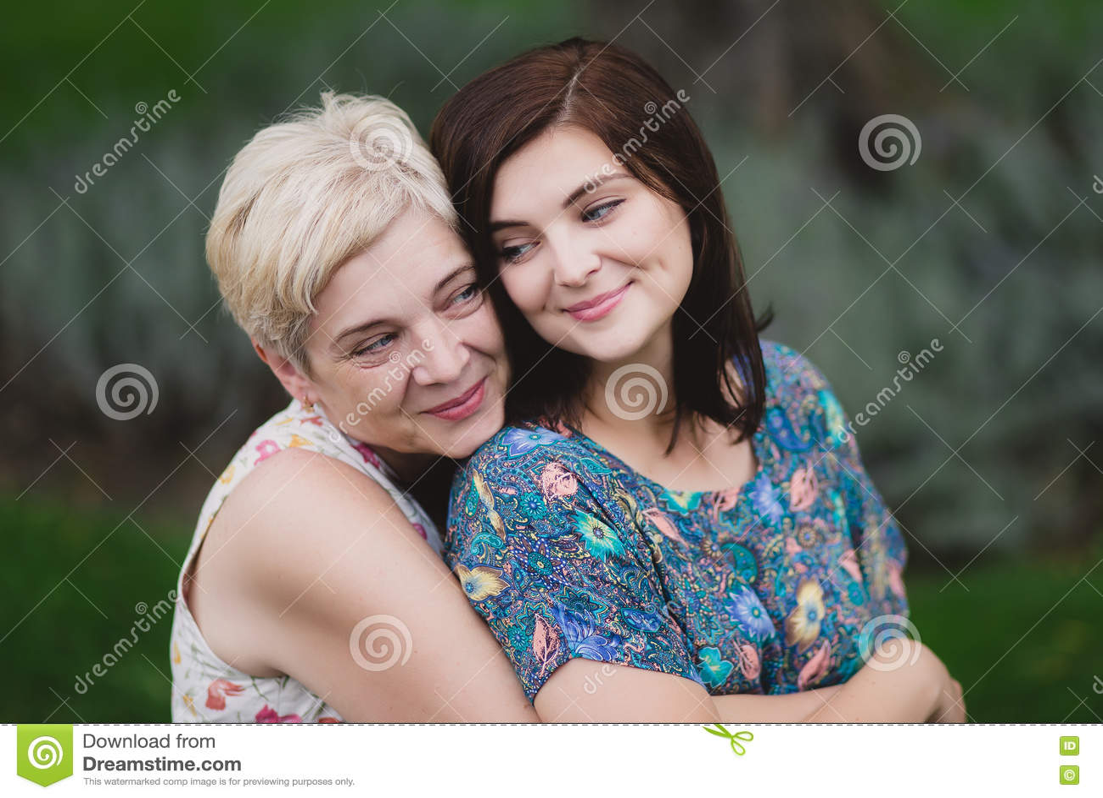 Fille de mère et d adulte en parc vert posant ensemble