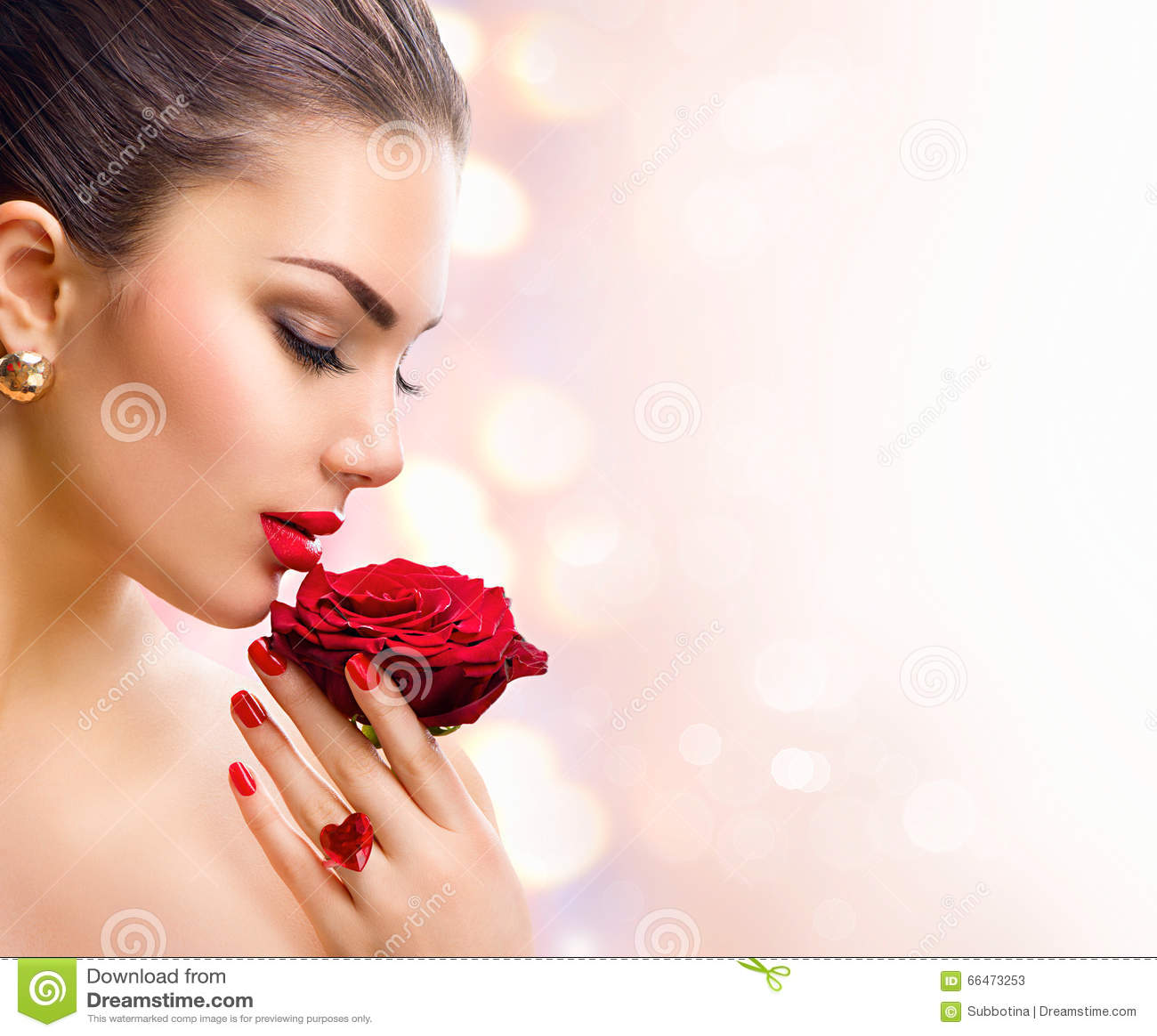 Fille de mannequin avec la rose de rouge dans sa main