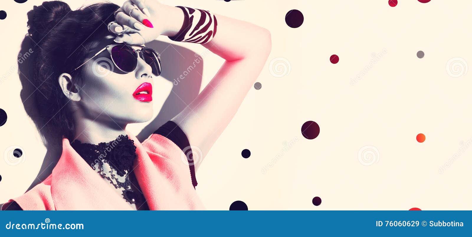 Fille de mannequin de beauté utilisant les lunettes de soleil élégantes