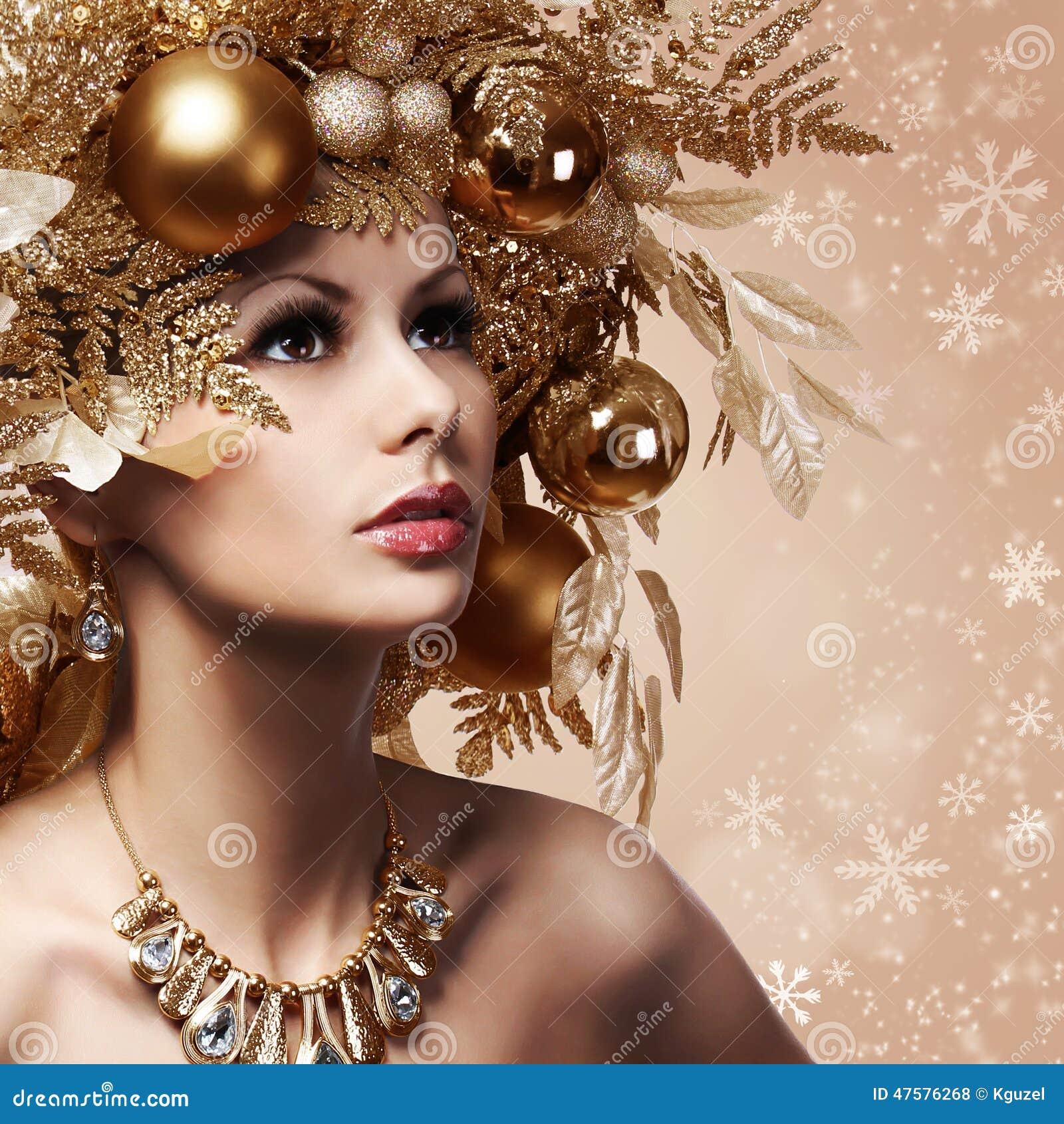Fille De Mode De Noel Avec La Coiffure Decoree Photo Stock Image