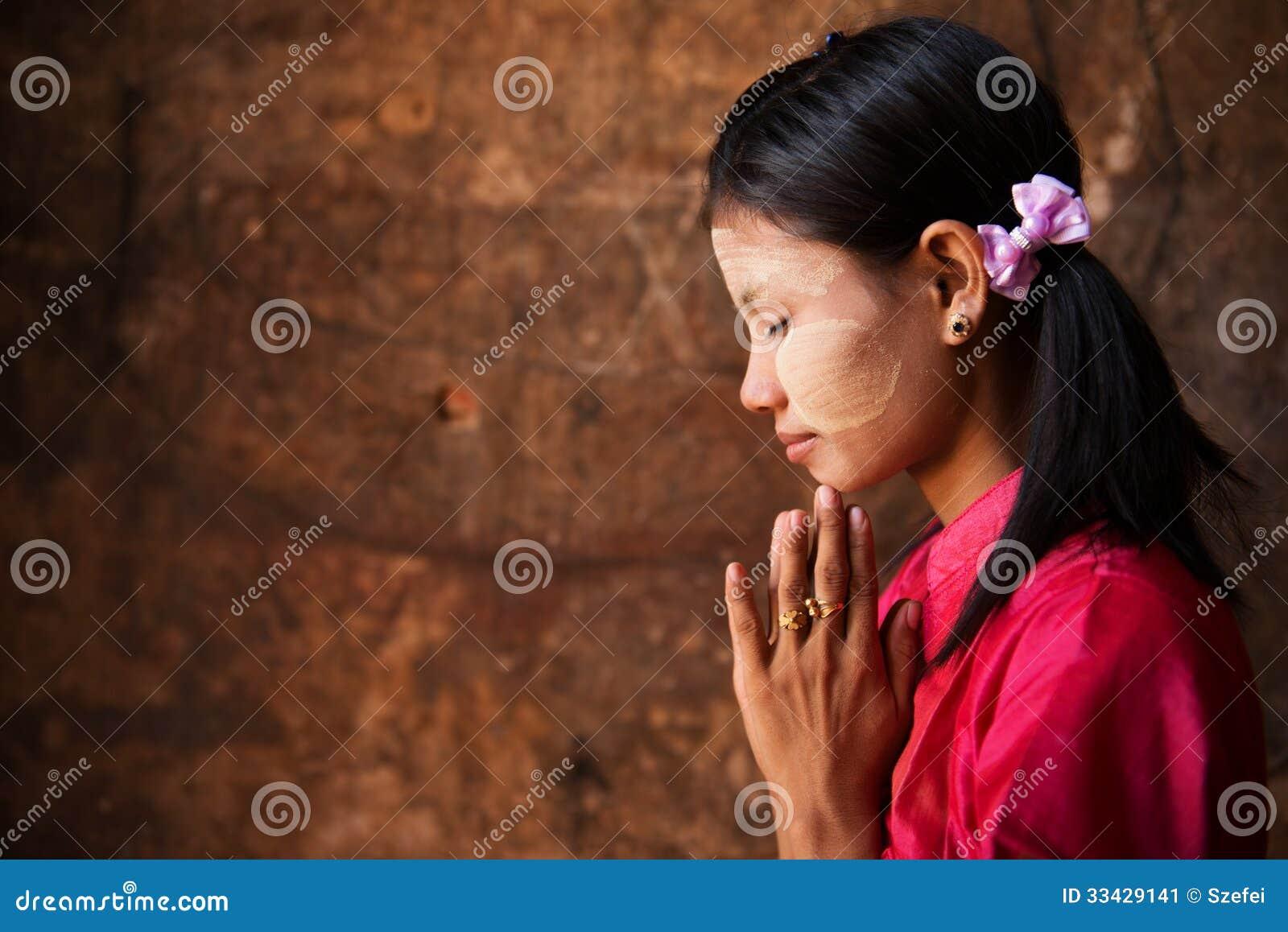 Fille de Myanmar dans une pose de prière.