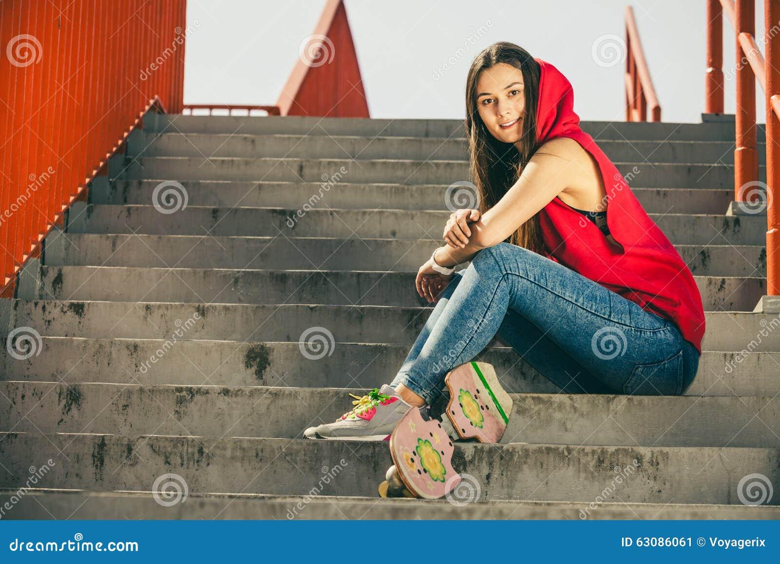 Download Fille De Patin Sur Des Escaliers Avec La Planche à Roulettes Image stock - Image du dénommer, conduite: 63086061