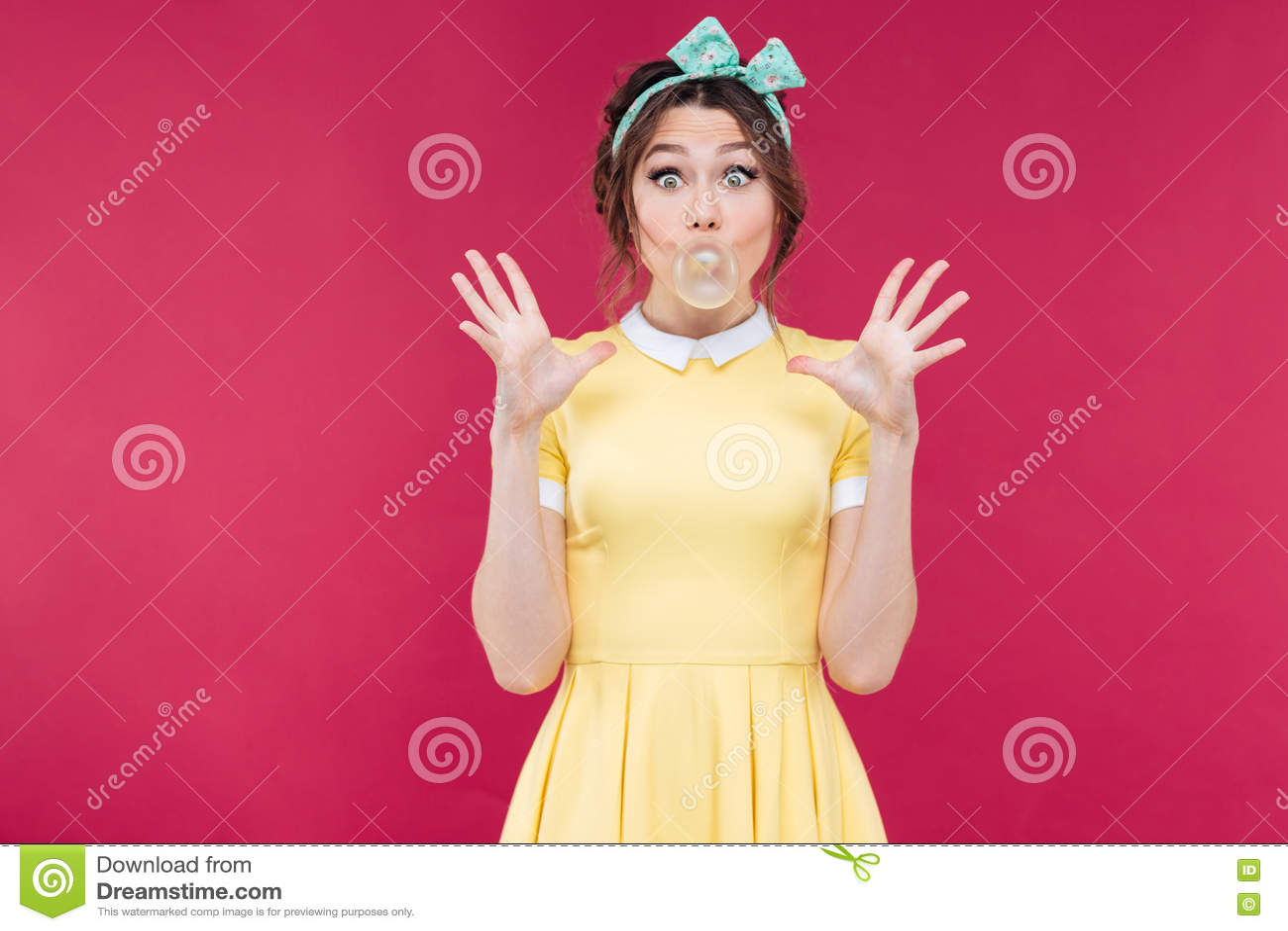 Fille de pin-up enthousiaste heureuse gonflant la bulle du chewing-gum