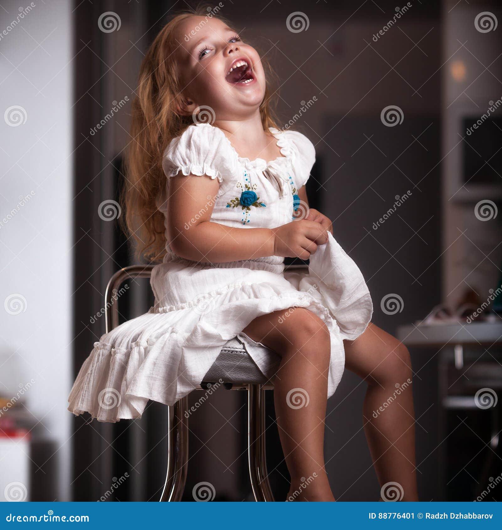Fille de portrait du ` s d enfants dans la maison, appartement
