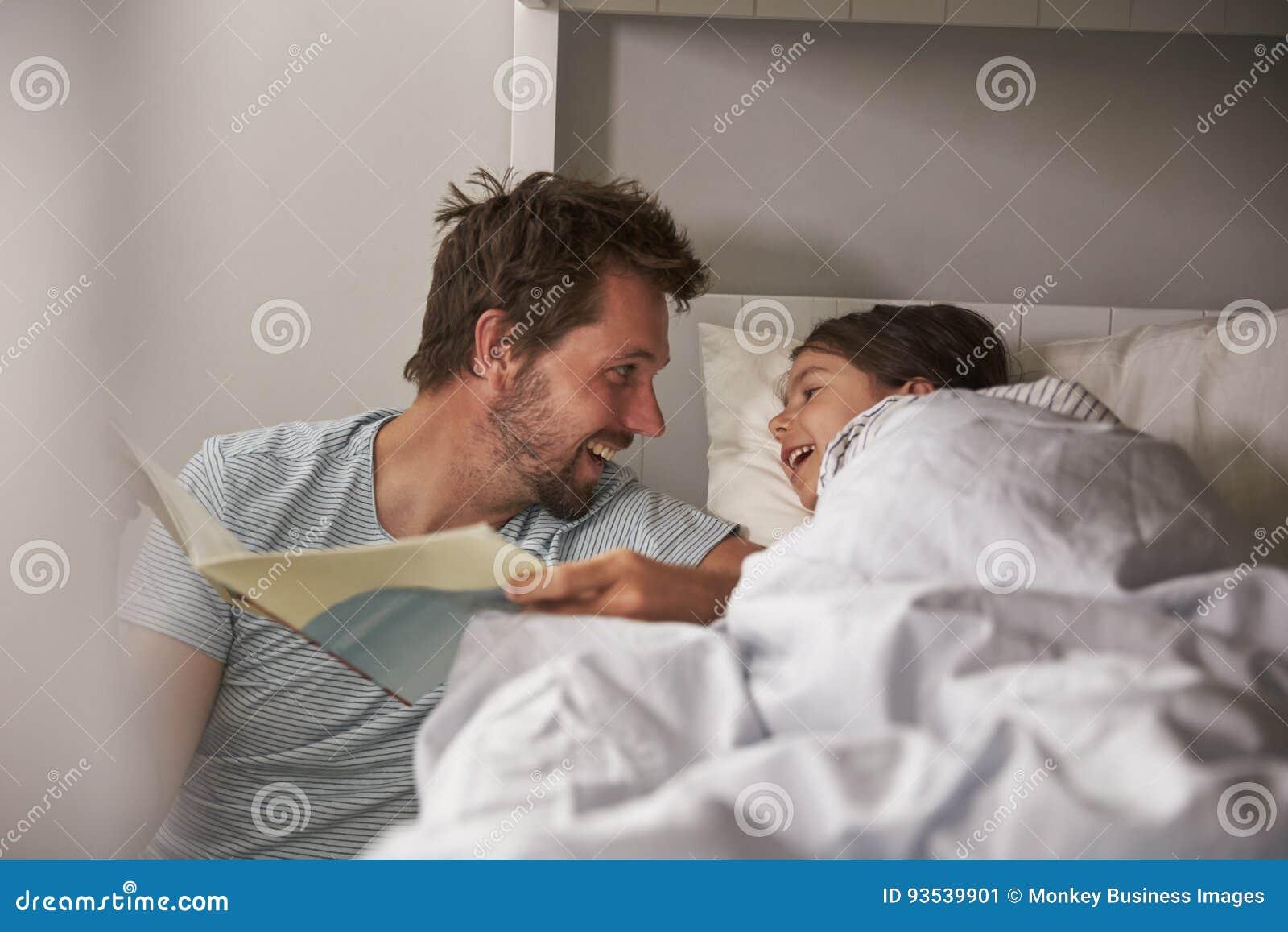 Fille de Reading Story To de père à l heure du coucher