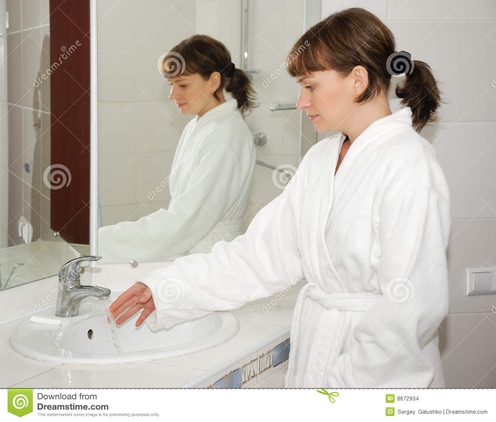 Fille de salle de bains