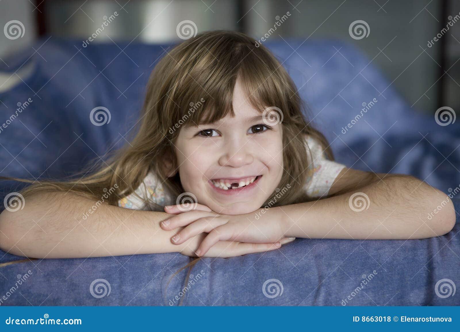 Fille de sept ans de sourire mignonne édentée