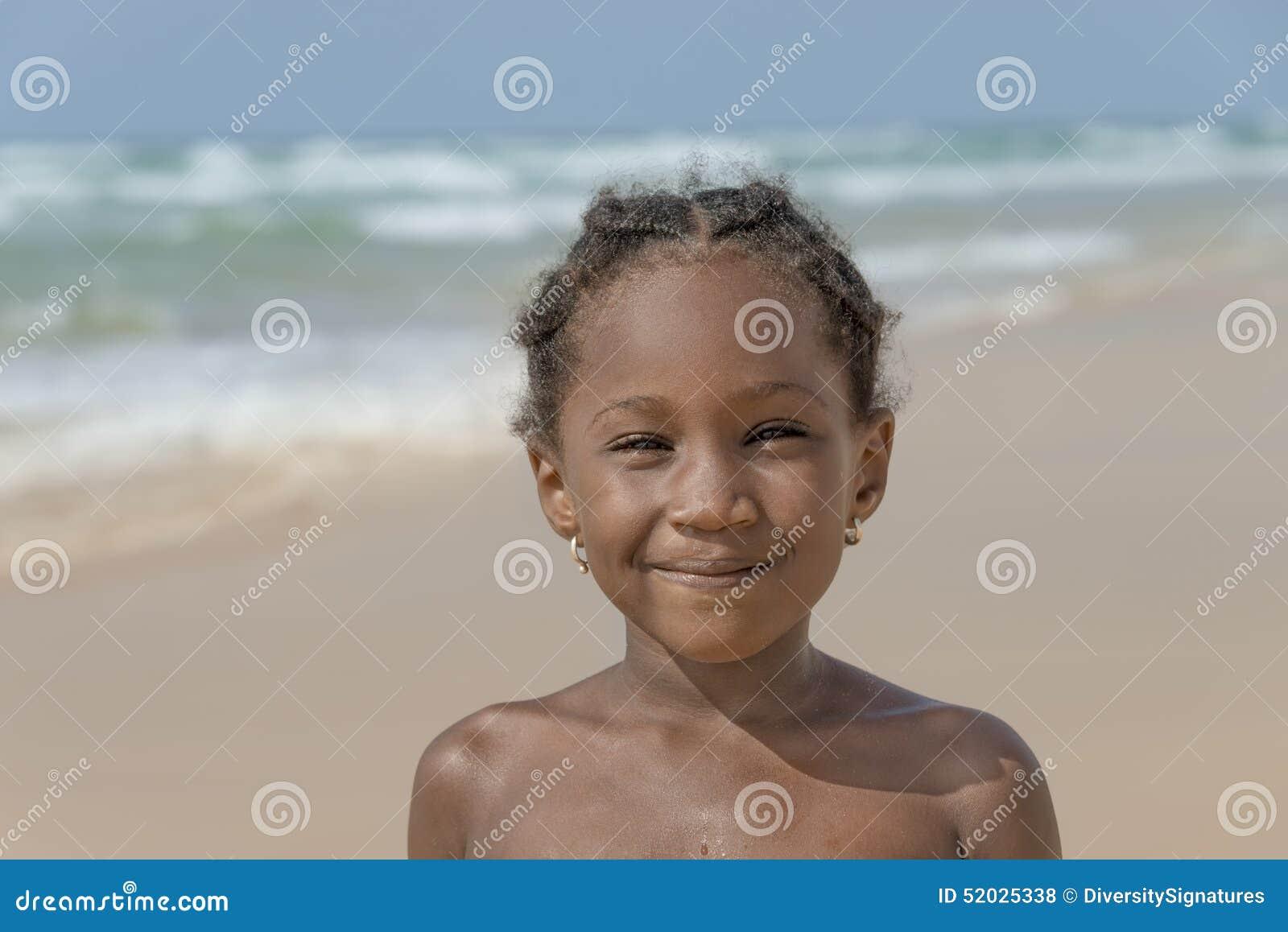 Fille de sourire à la plage, six années