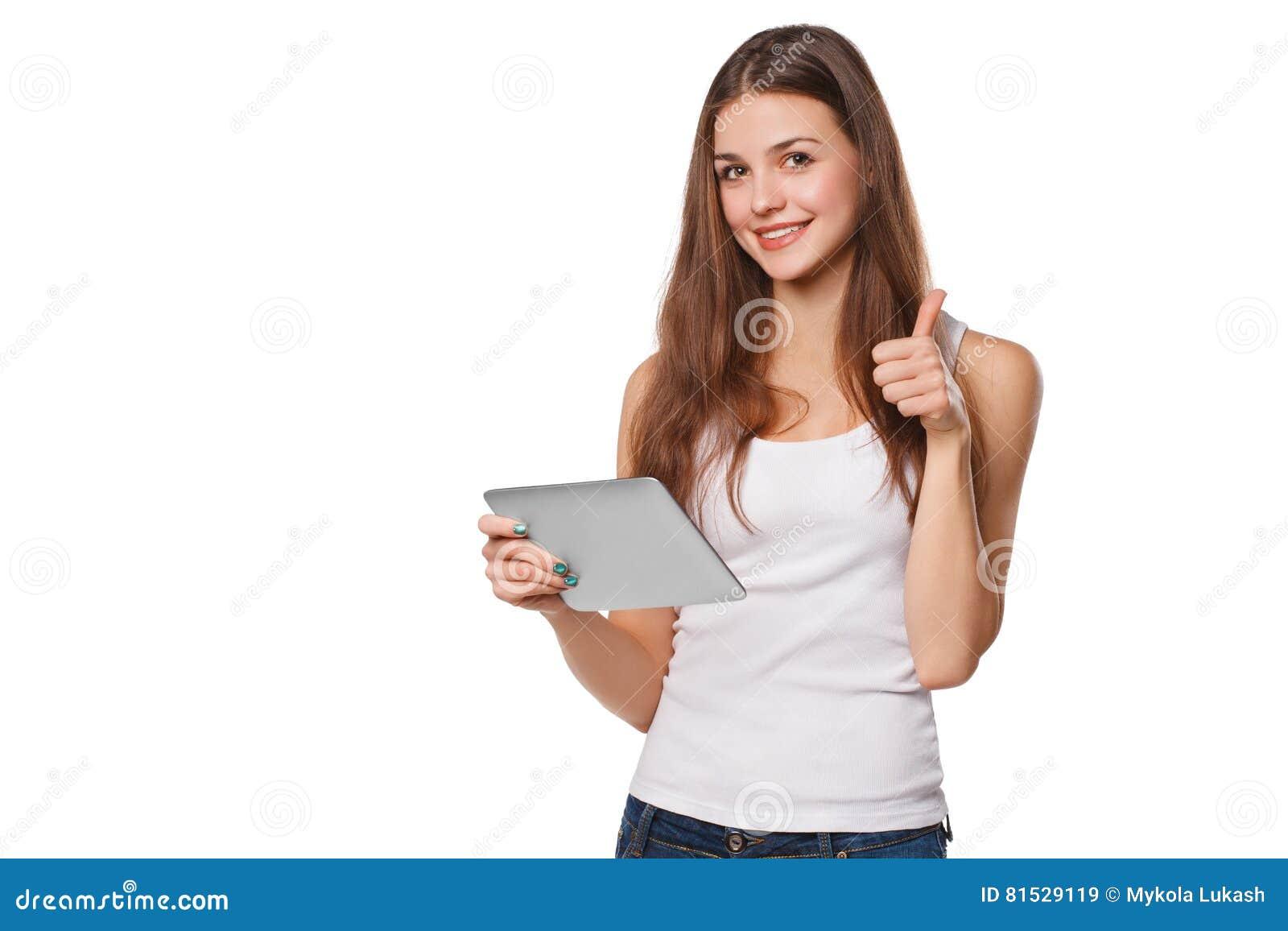 Fille de sourire attirante dans la chemise blanche utilisant le comprimé montrant des pouces  Femme avec le PC de comprimé, d iso
