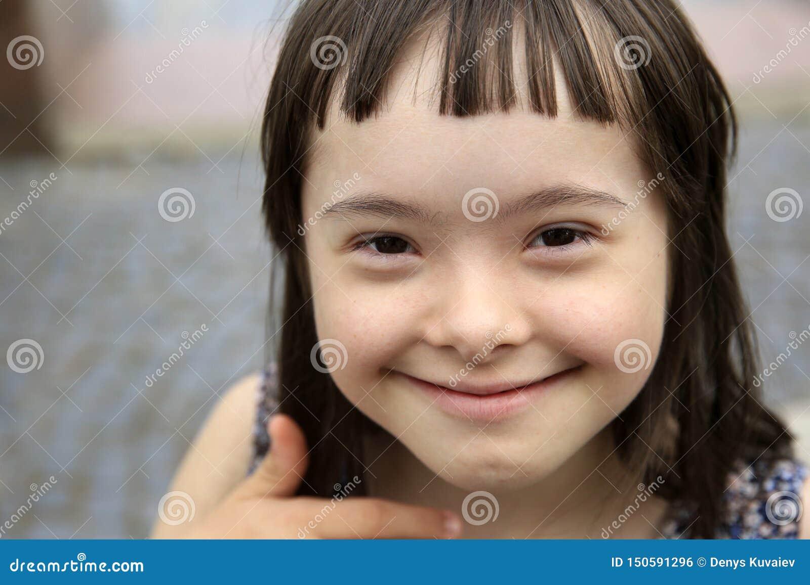 Fille de sourire mignonne de syndrome de Down