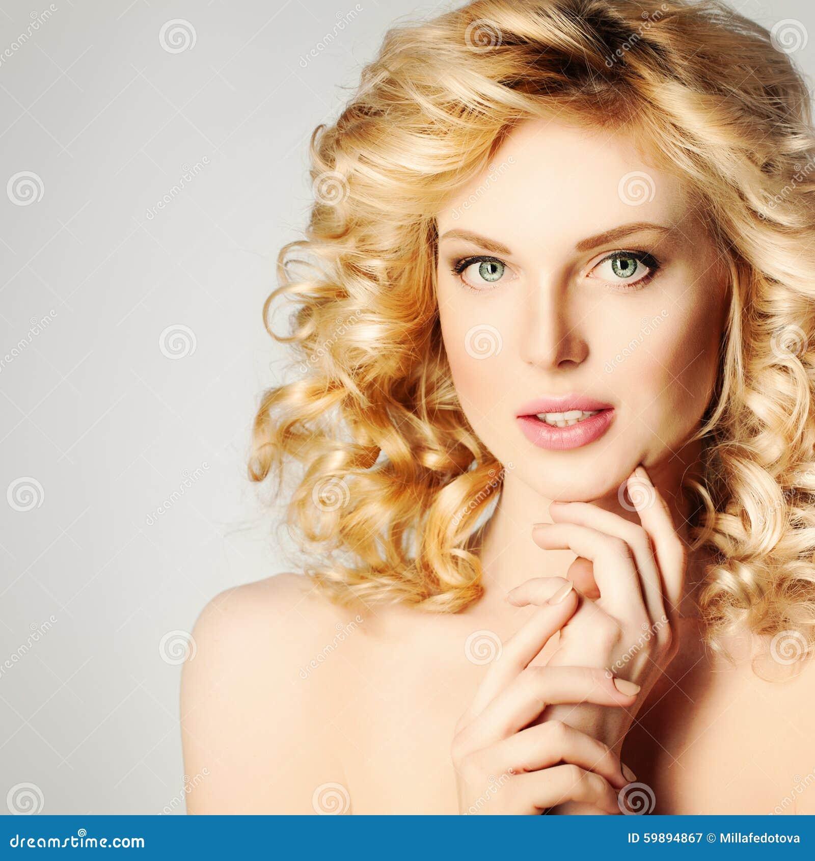 Fille de station thermale belle femme blonde avec les - Femme blonde photo ...