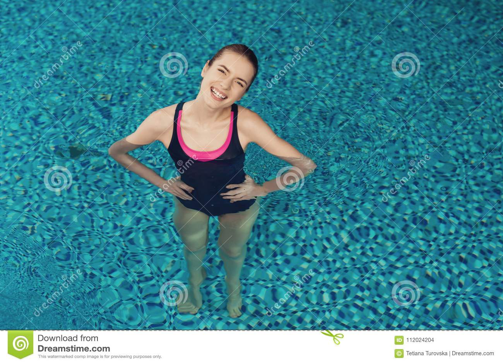 Fille de vue supérieure à l intérieur de la piscine au gymnase Elle semble heureuse, à la mode et convenable dans l une seule piè