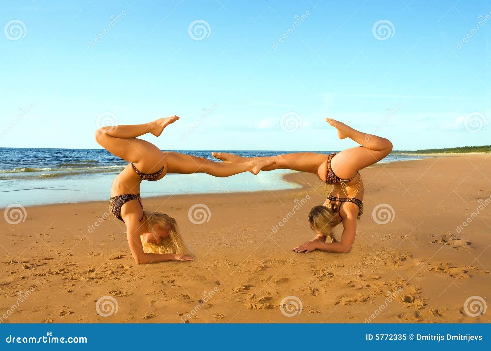 fille deux acrobatique sur la plage image stock image du capacit flexibilit 5772335. Black Bedroom Furniture Sets. Home Design Ideas
