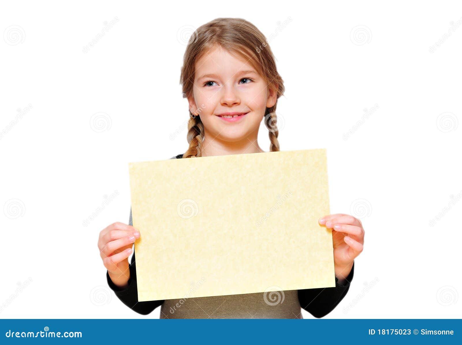 Fille drôle de fille retenant un signe