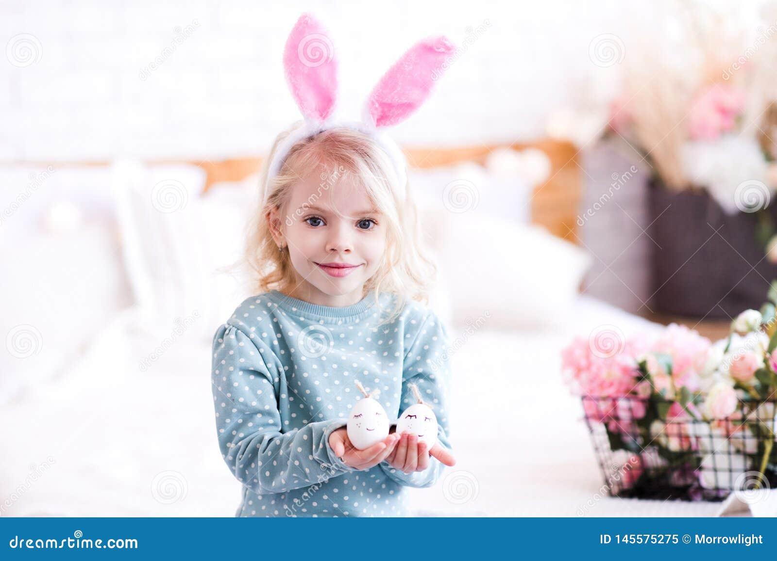 Fille dr?le d enfant dans la chambre