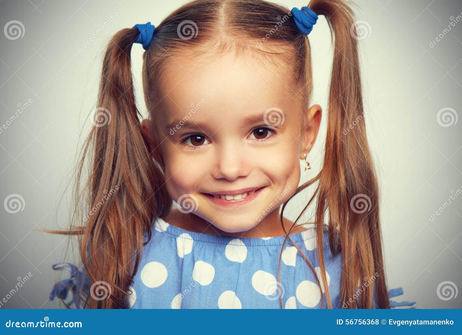 Top Fille Drôle D'enfant De Visage Heureux Dans Le Bleu Photo stock  JT01