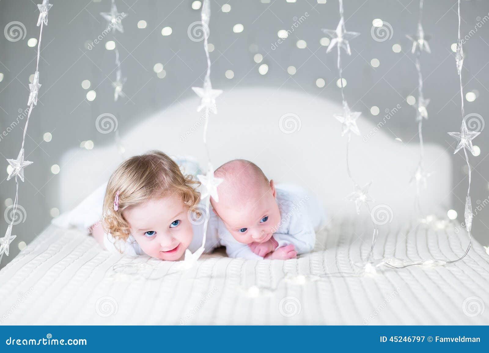 Fille drôle d enfant en bas âge et son frère nouveau-né de bébé détendant ensemble